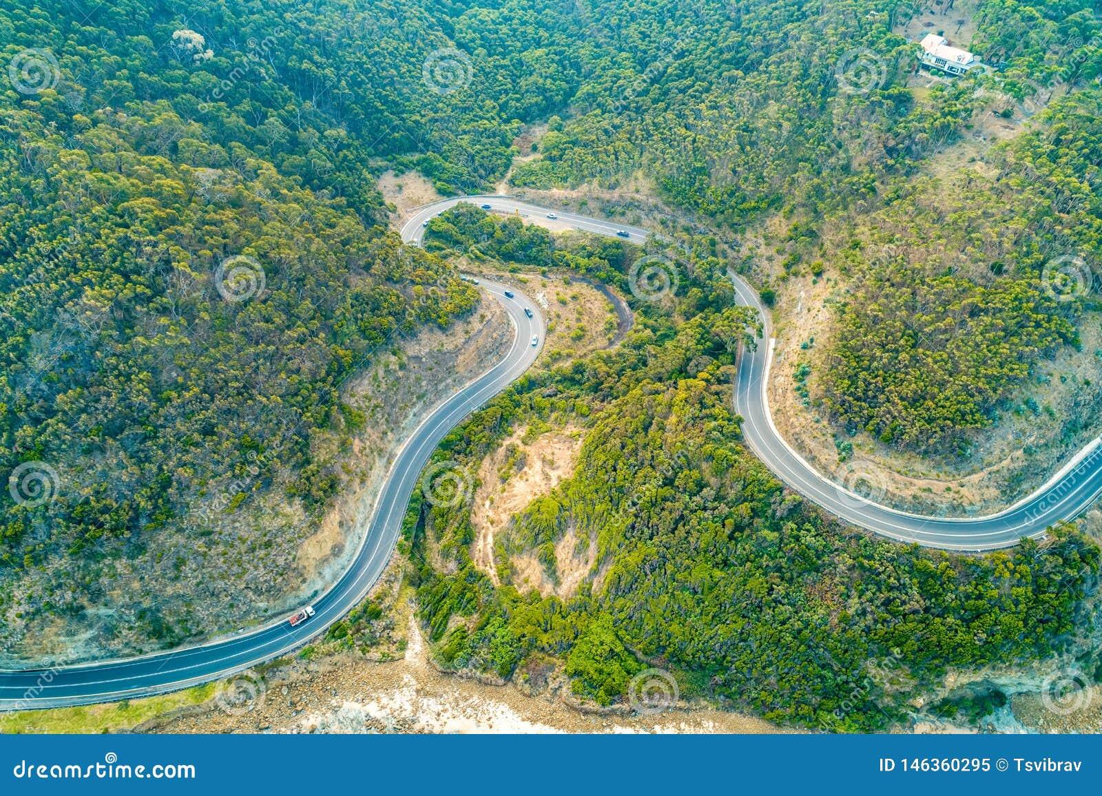 Condução de carros através das curvaturas da grande estrada do oceano