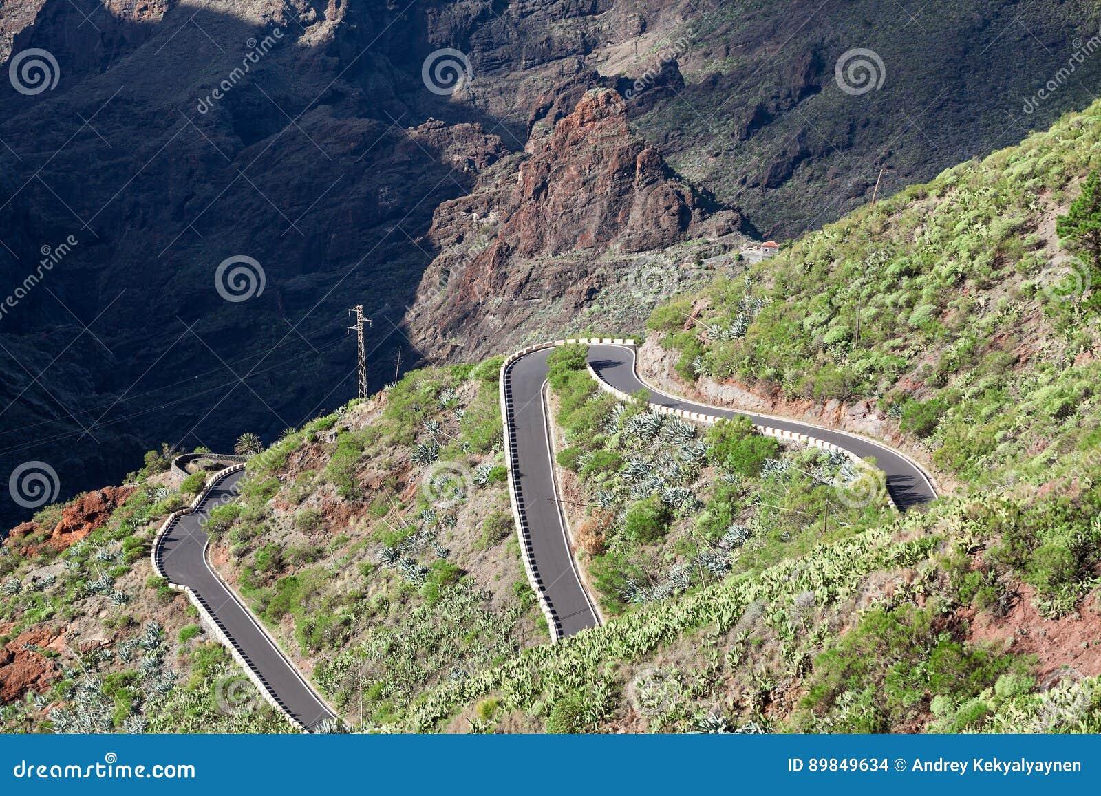 Condução de carros na estrada em montanhas de Macizo de Teno, ilha Tenerife do ziguezague da montanha TF-436, canário, Espanha Co