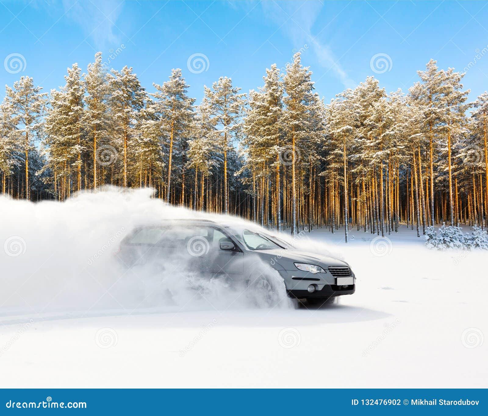A condução extrema, o carro está movendo-se rapidamente sobre a neve lisa e cria um pulverizador da neve