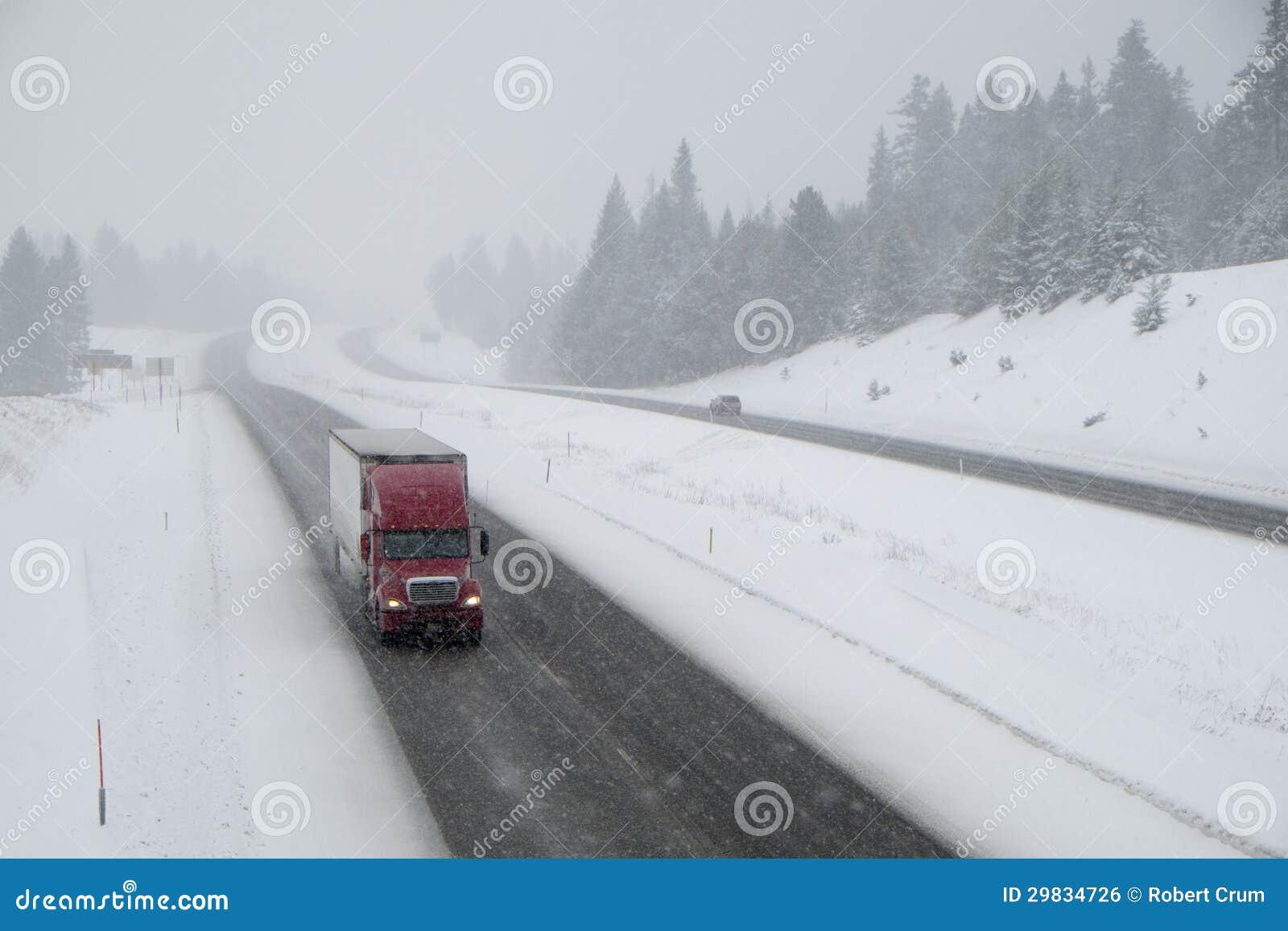 Condução perigosa, estrada nacional coberto de neve