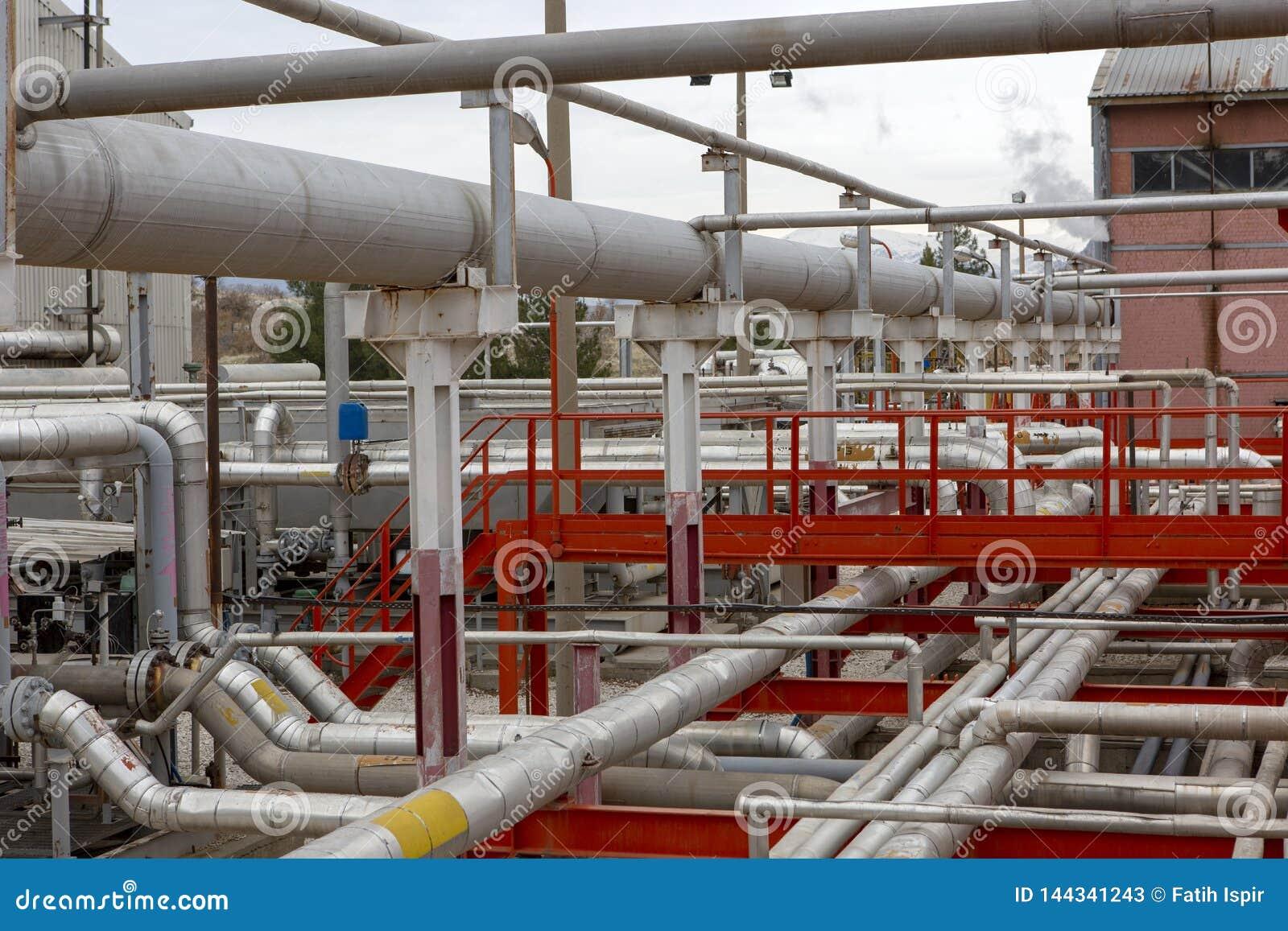 Condução por meio de canos na planta que é usada no setor petroleiro