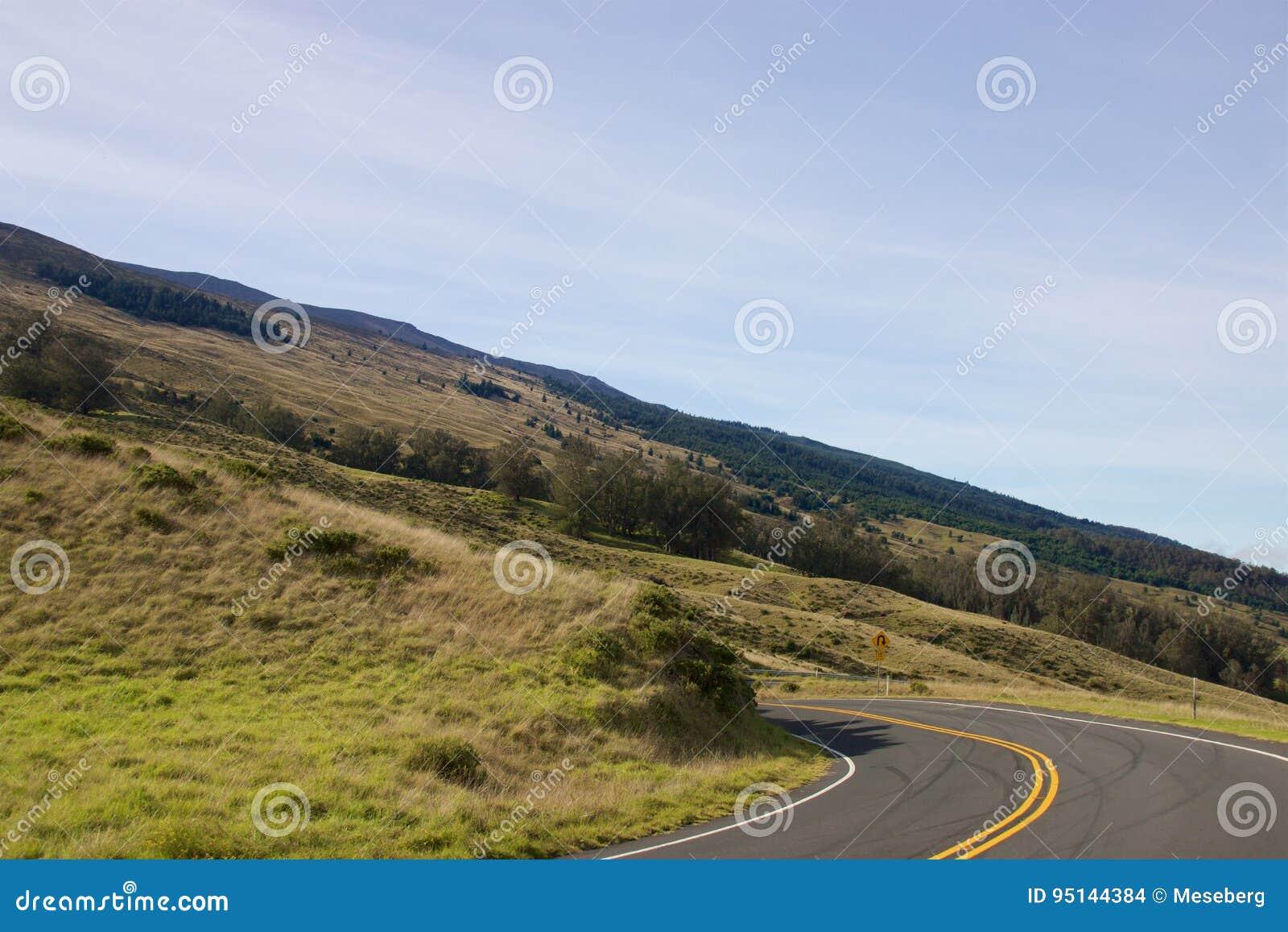 Conducción abajo del cráter de Haleakala