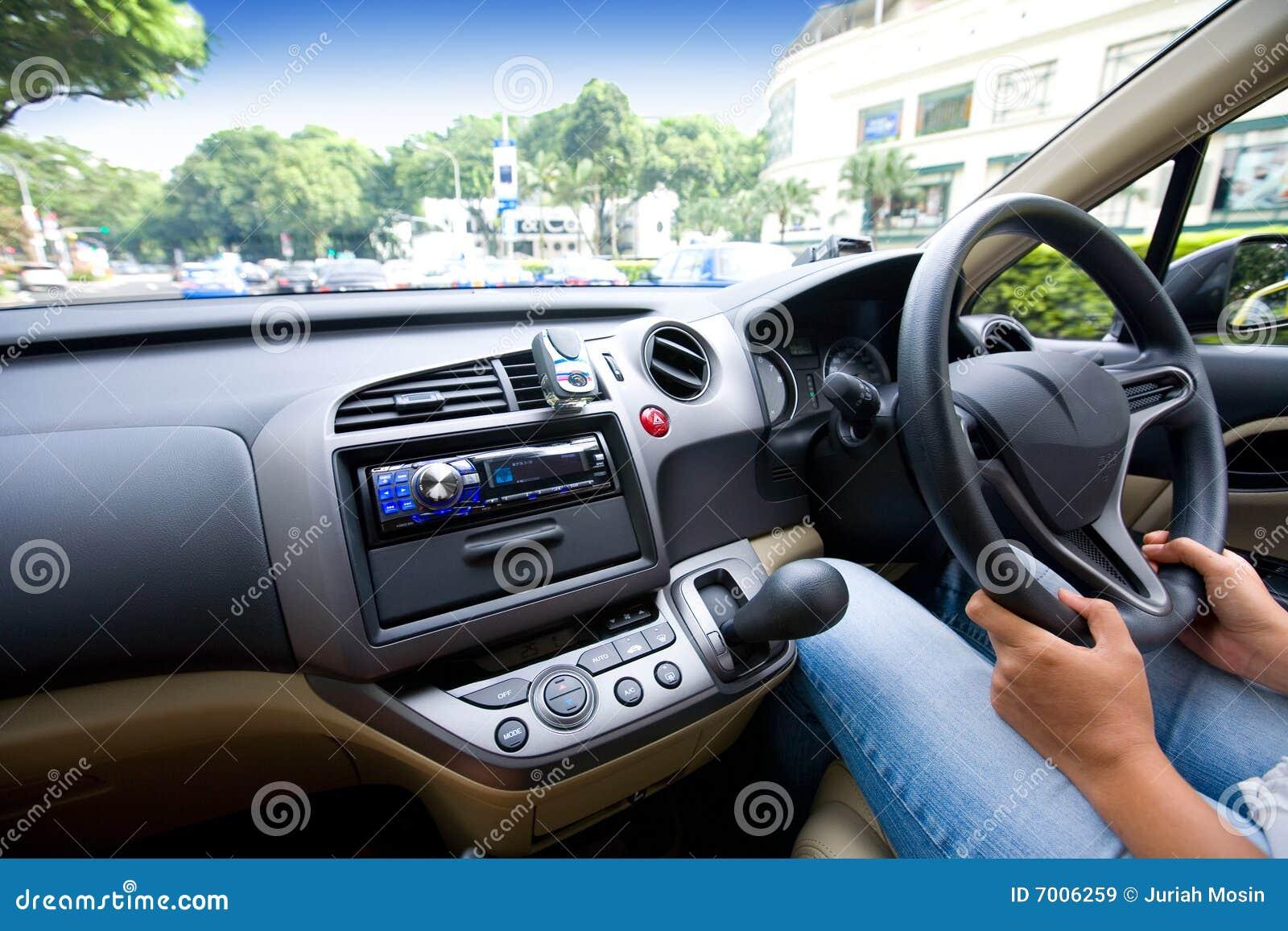 Conducción de un coche en ciudad