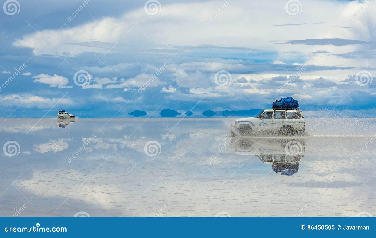 Conducción de vehículos campo a través en Salar de Uyuni, Bolivia