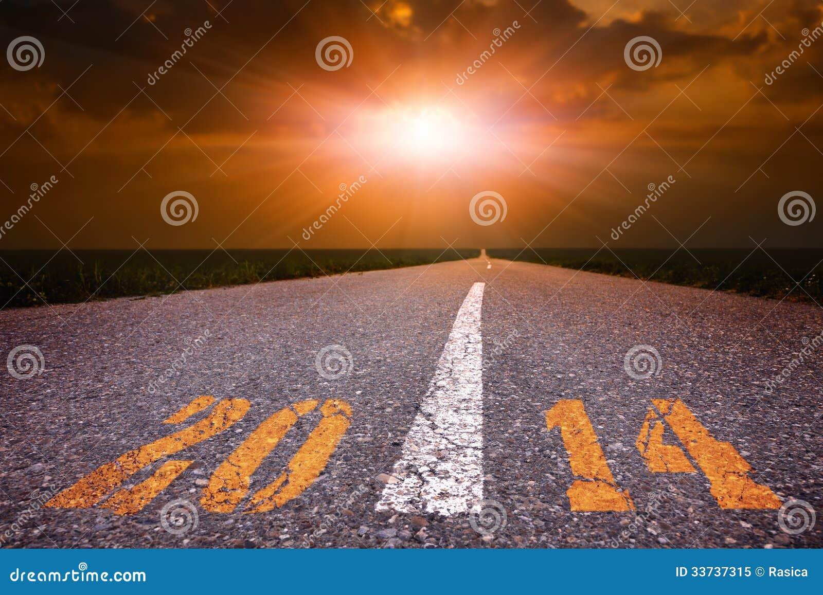 Conducción en un camino vacío hacia el sol poniente 2014