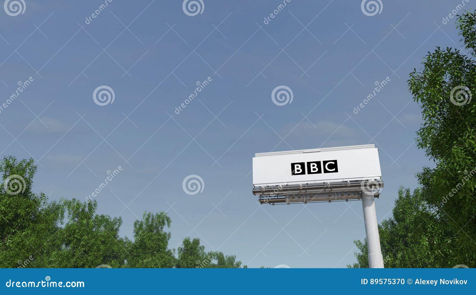 Conducción hacia la cartelera de publicidad con el logotipo británico de la BBC de la corporación de radiodifusión Representación