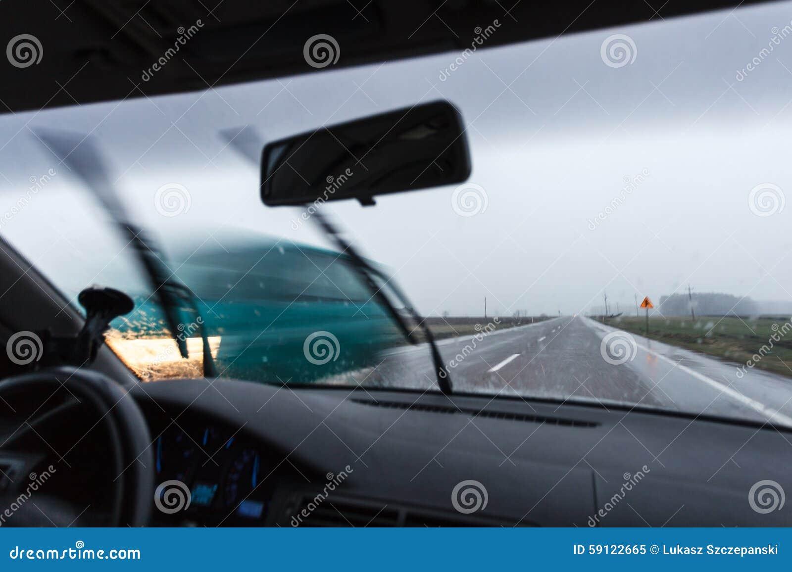 Conducendo un automobile durante il maltempo