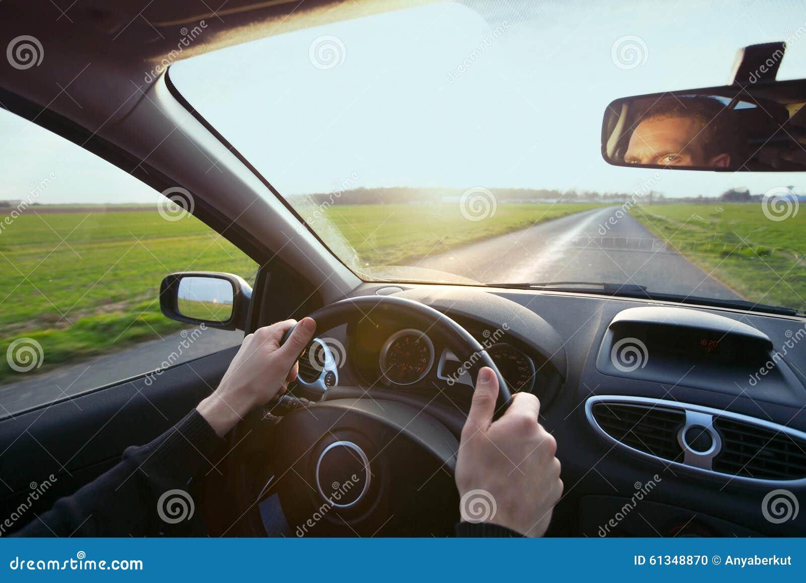 Conducteur dans la voiture
