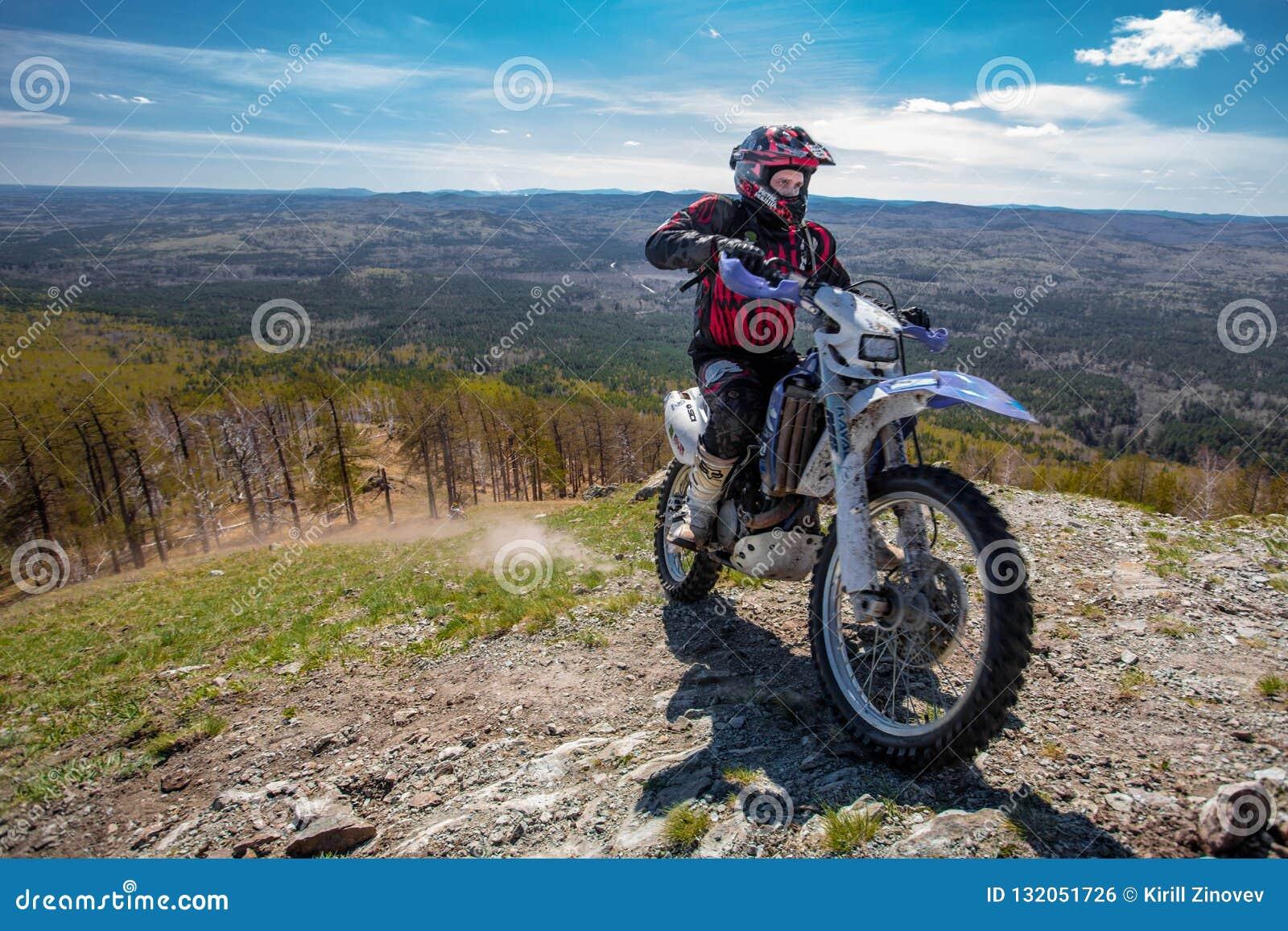 Conducteur de moto dans les montagnes