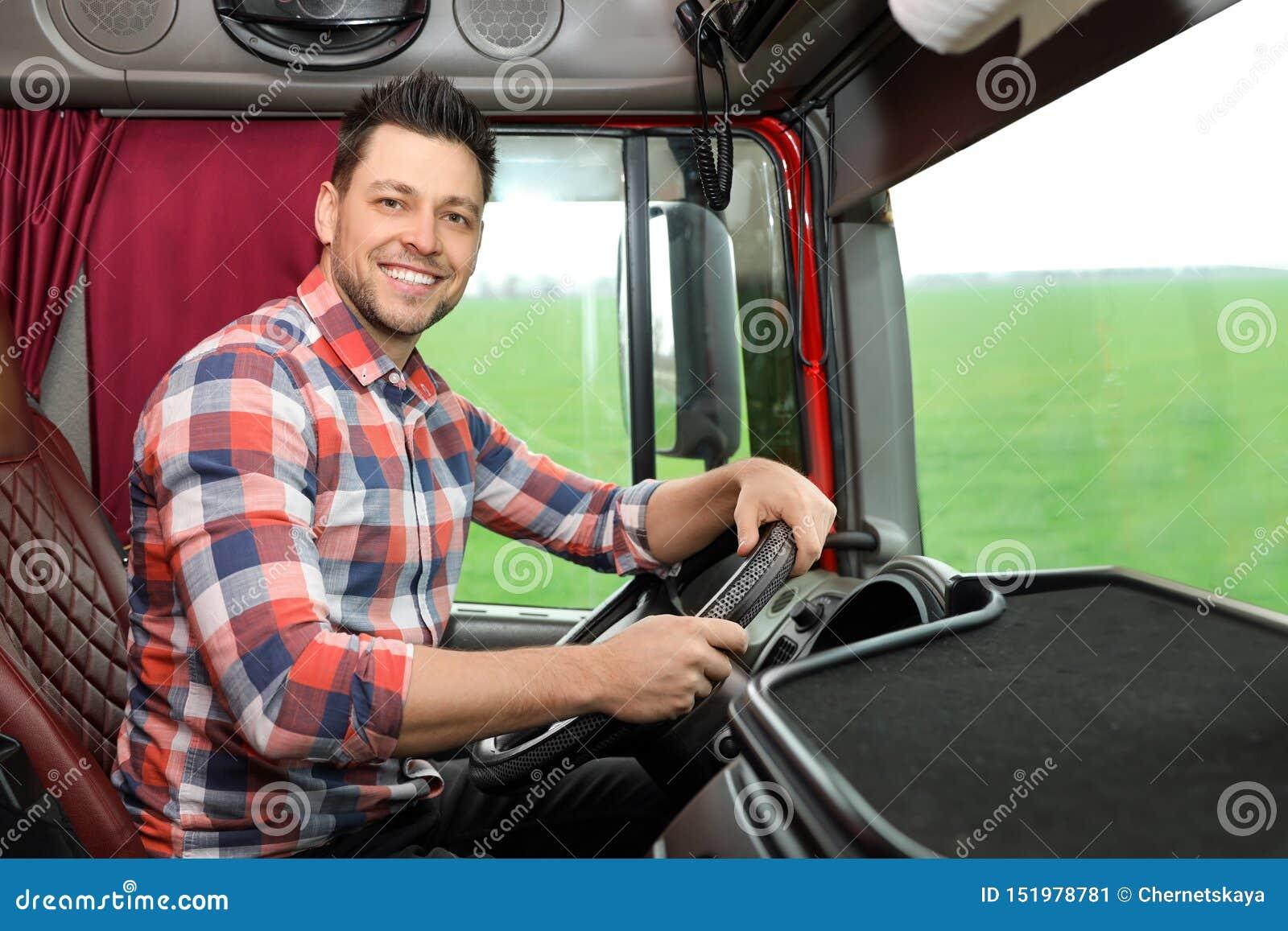 Conducteur professionnel se reposant dans la cabine du camion