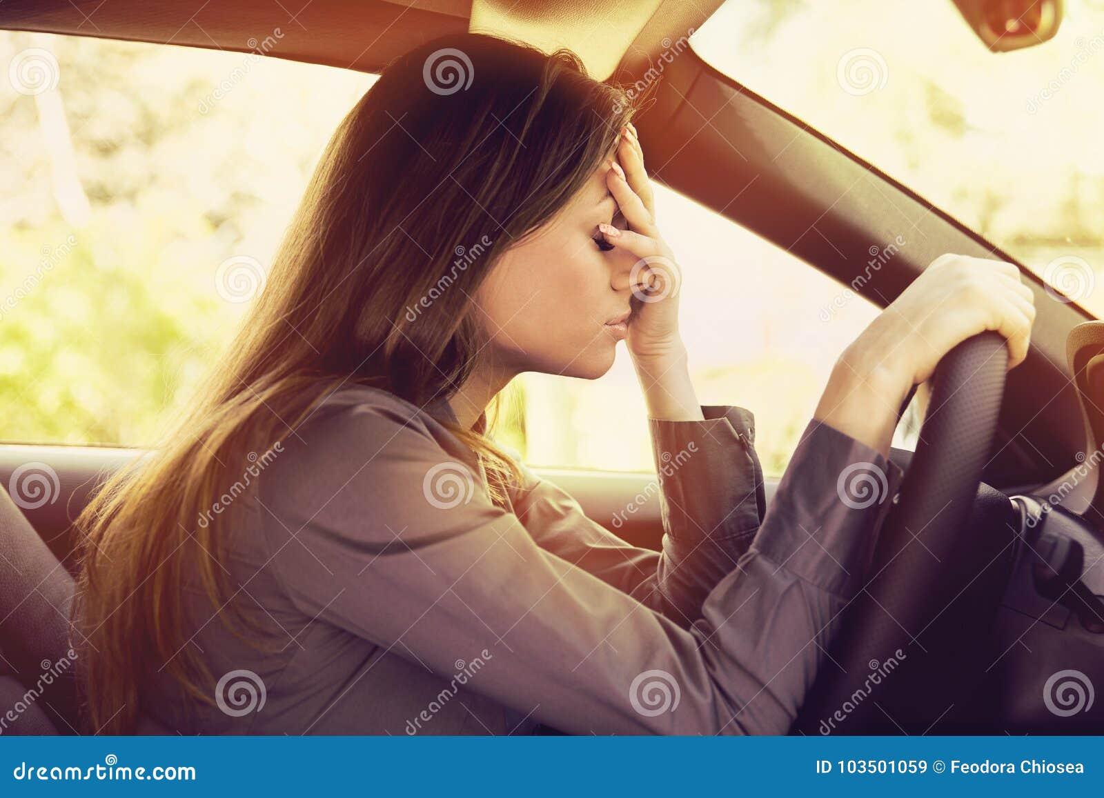 Conducteur soumis à une contrainte de femme se reposant à l intérieur de sa voiture