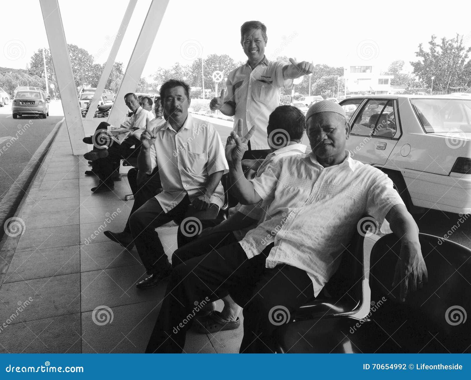 Conducteurs de taxi d accueil chaleureux à l aéroport du Bornéo qui a heureusement posé pour la photo