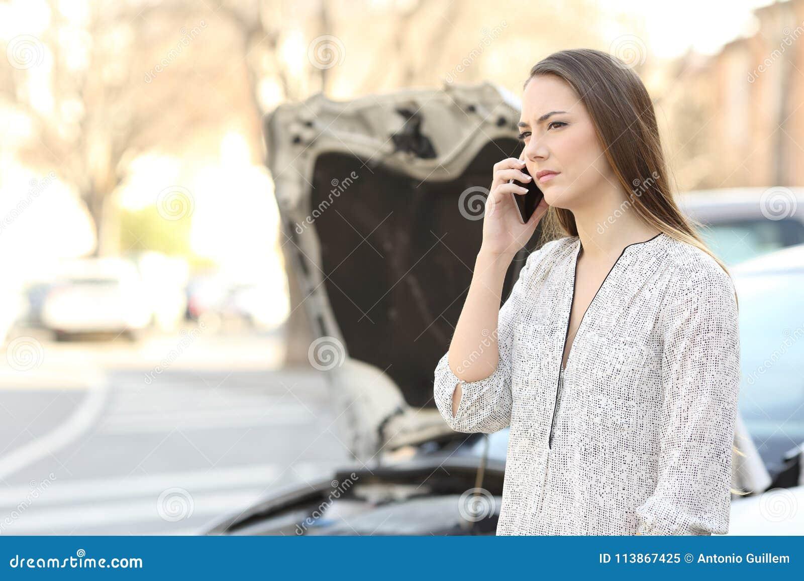 Conductor con el coche analizado que llama seguro en el teléfono
