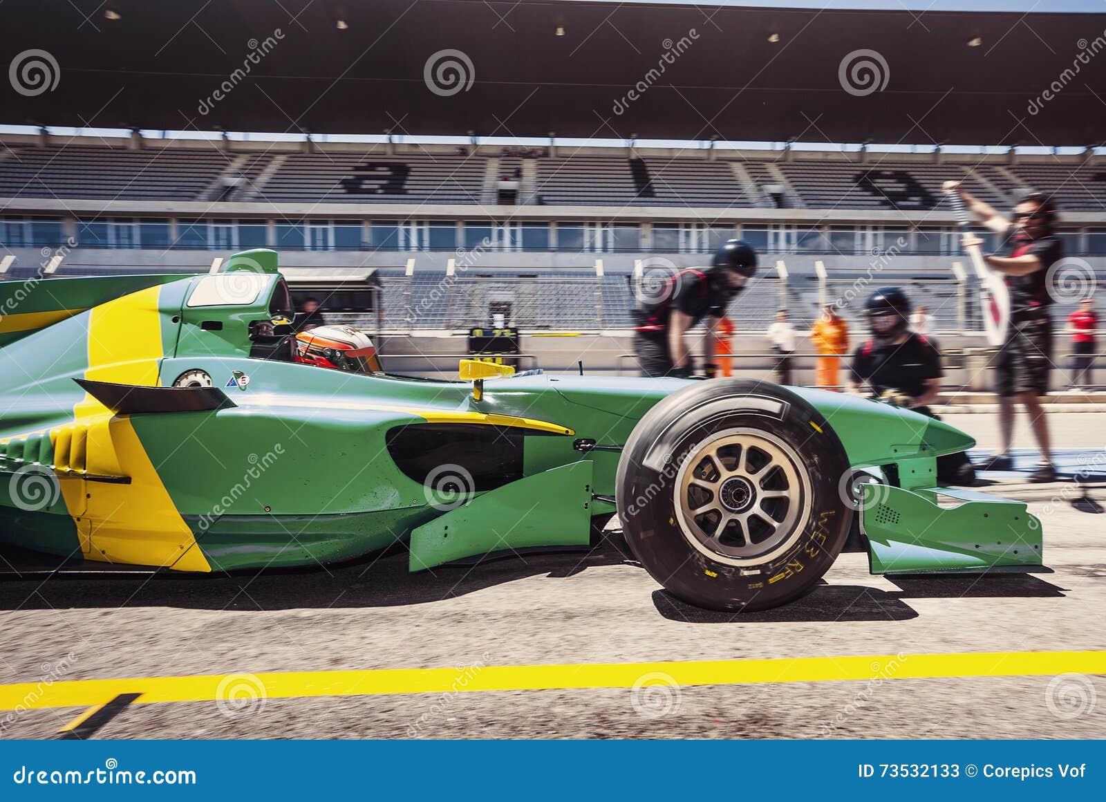 Conductor de coche de carreras en el pitlane para un pitstop