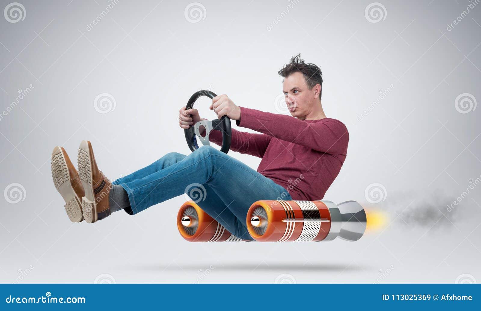 Conductor de coche divertido del hombre con una rueda, concepto de transporte alternativo