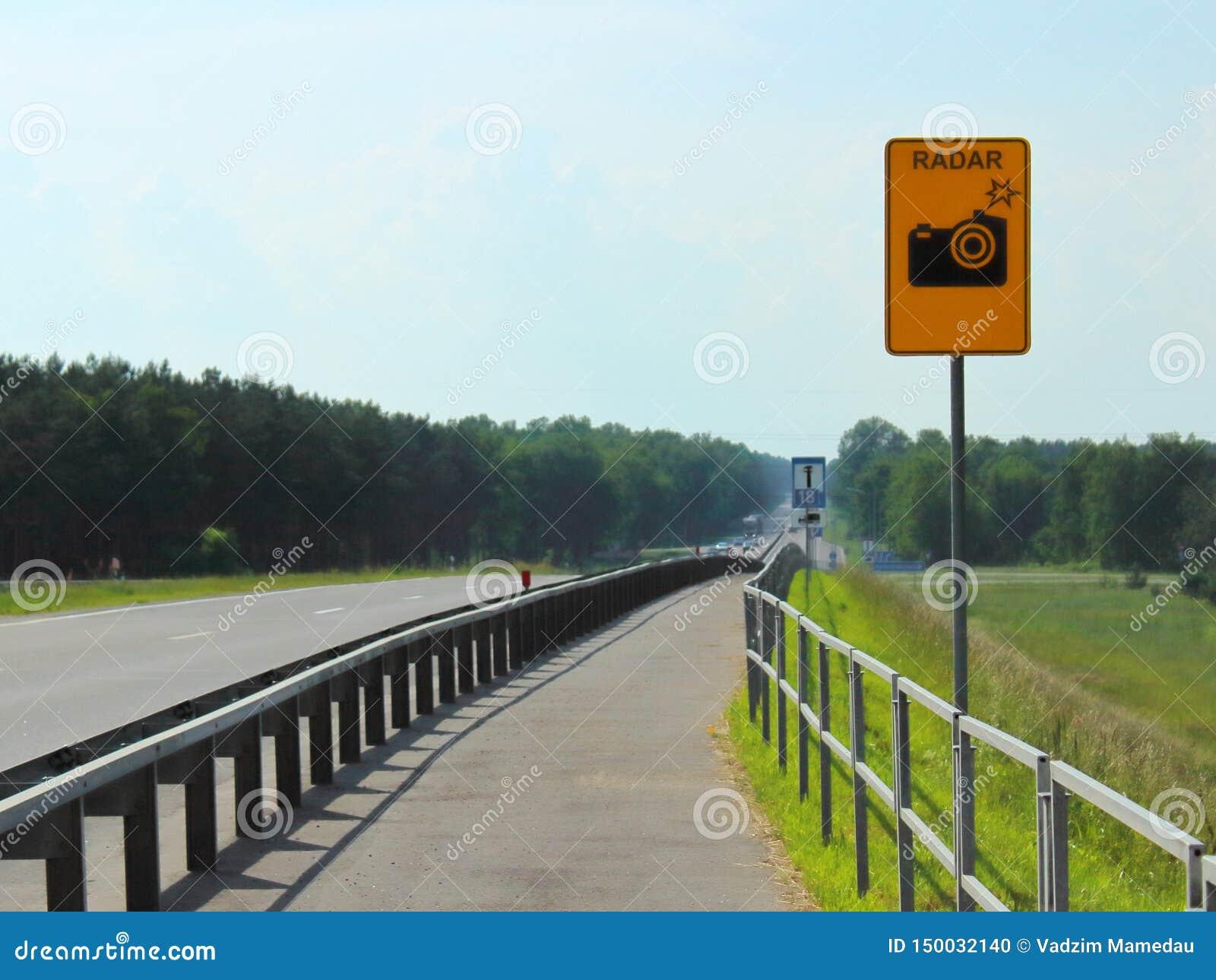 Conductores de cuidado que miden velocidad