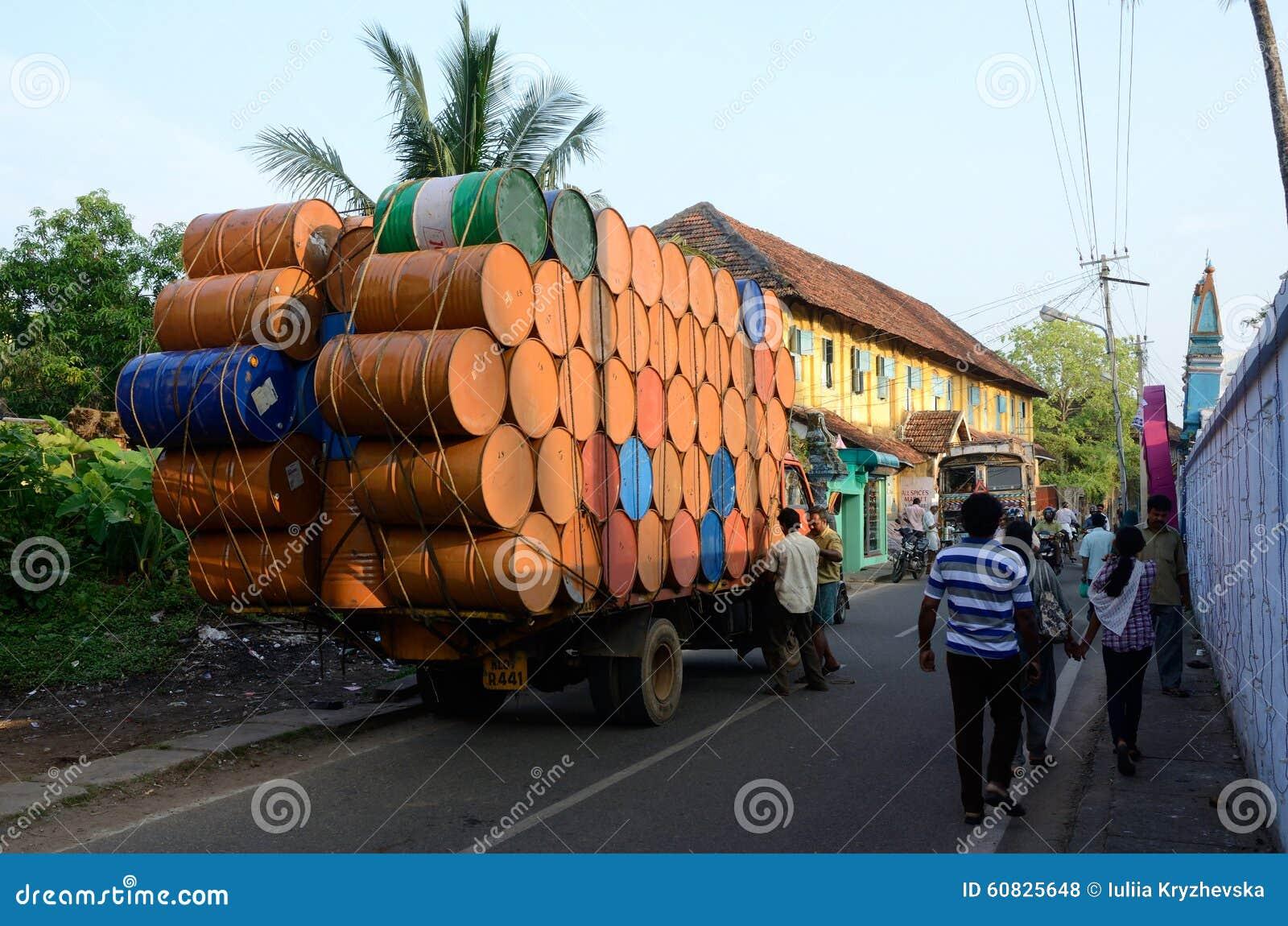 Conductores indios que preparan el camión pesadamente sobrecargado para viajar en Kerala