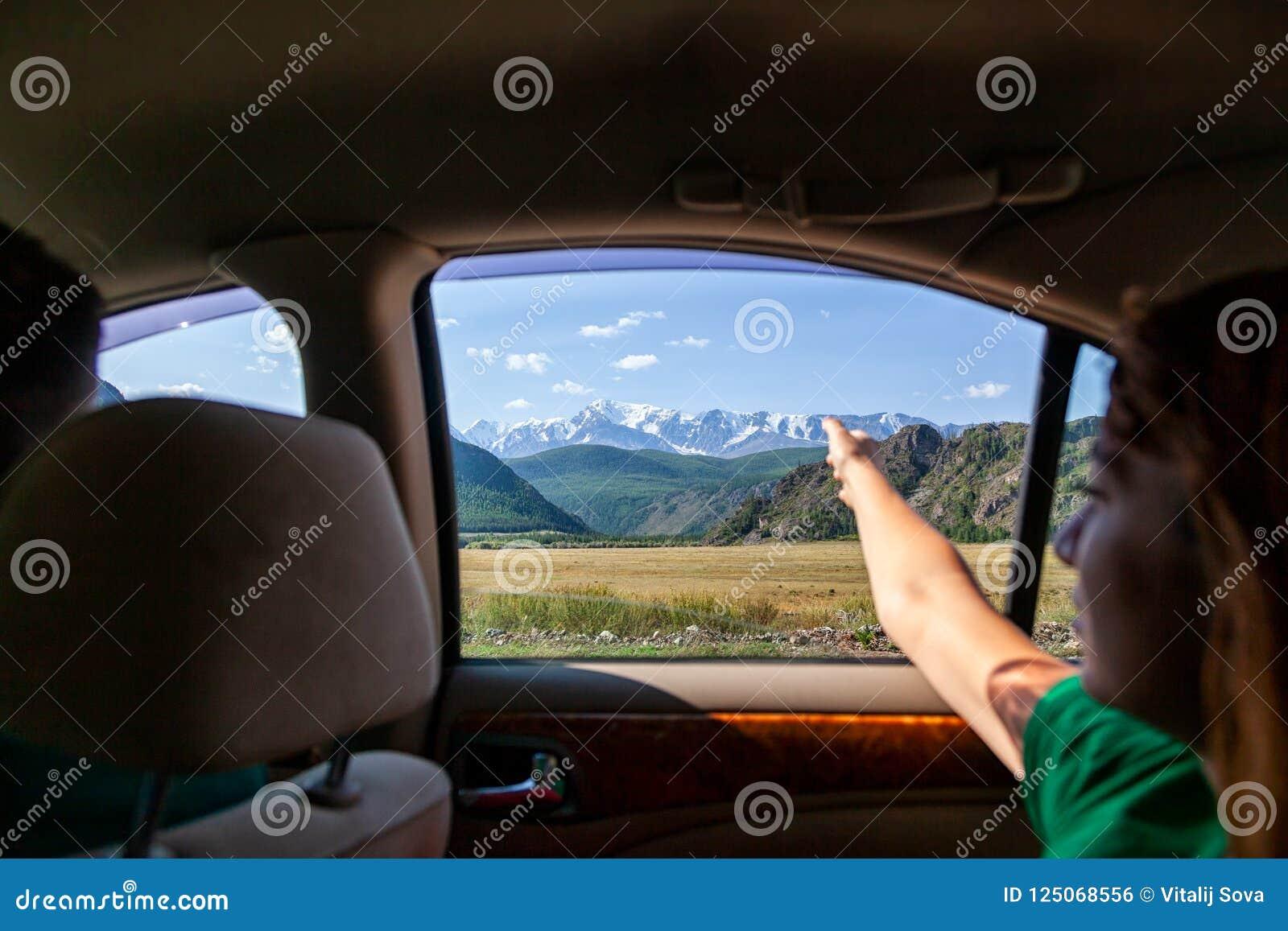 Conduire la voiture sur la route de montagne