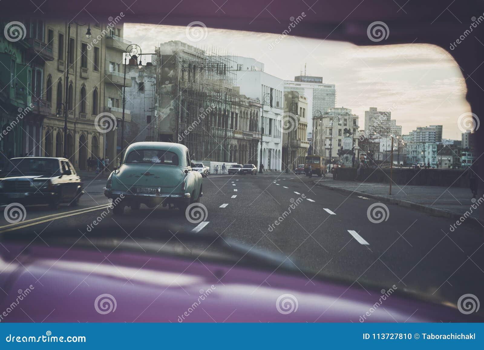 Conduisant le long du ³ n de Malecà au coucher du soleil à La Havane, le Cuba