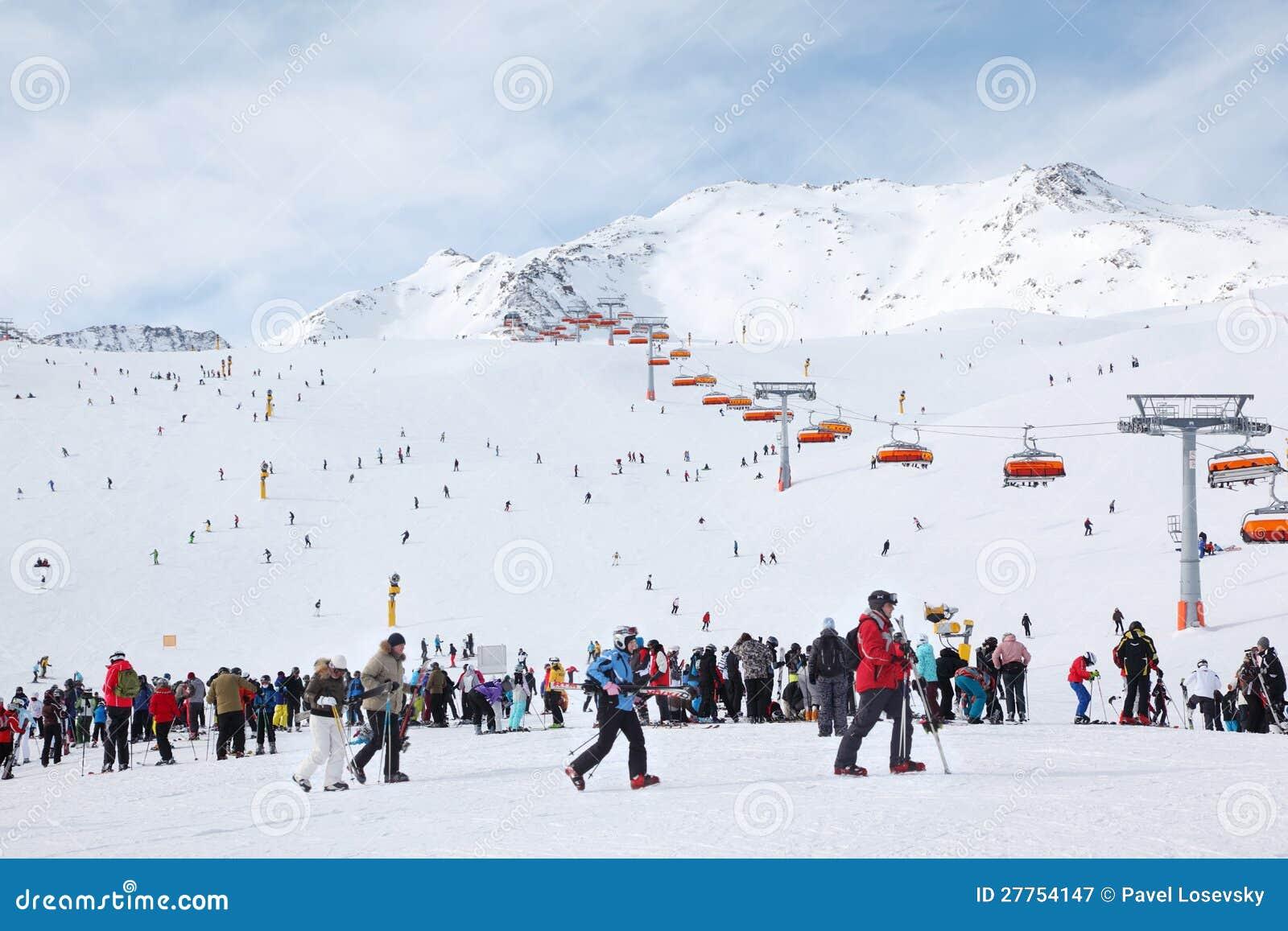 Conduite de skieurs sur des Alpes