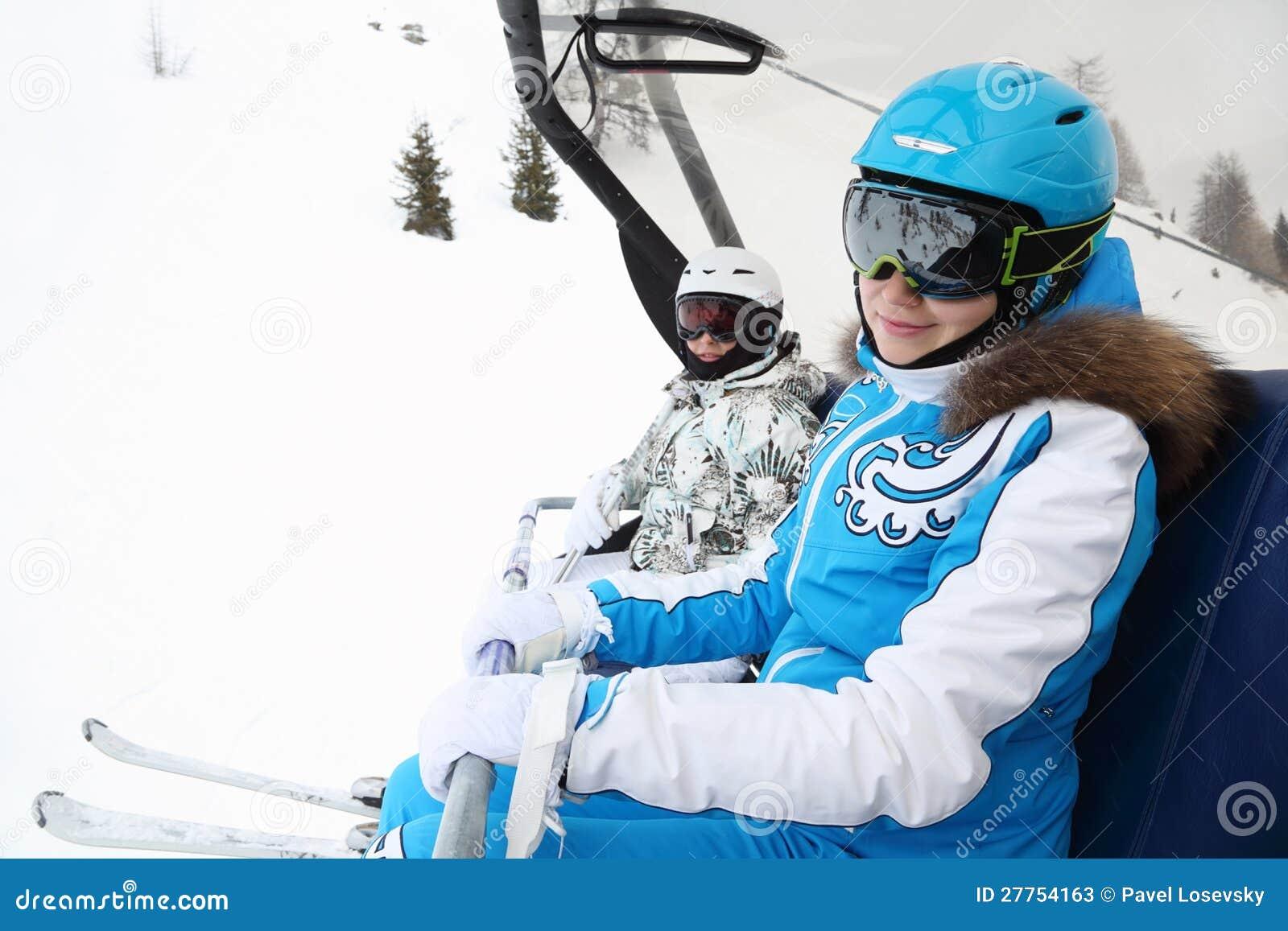 Conduite femelle de deux skieurs sur le funiculaire