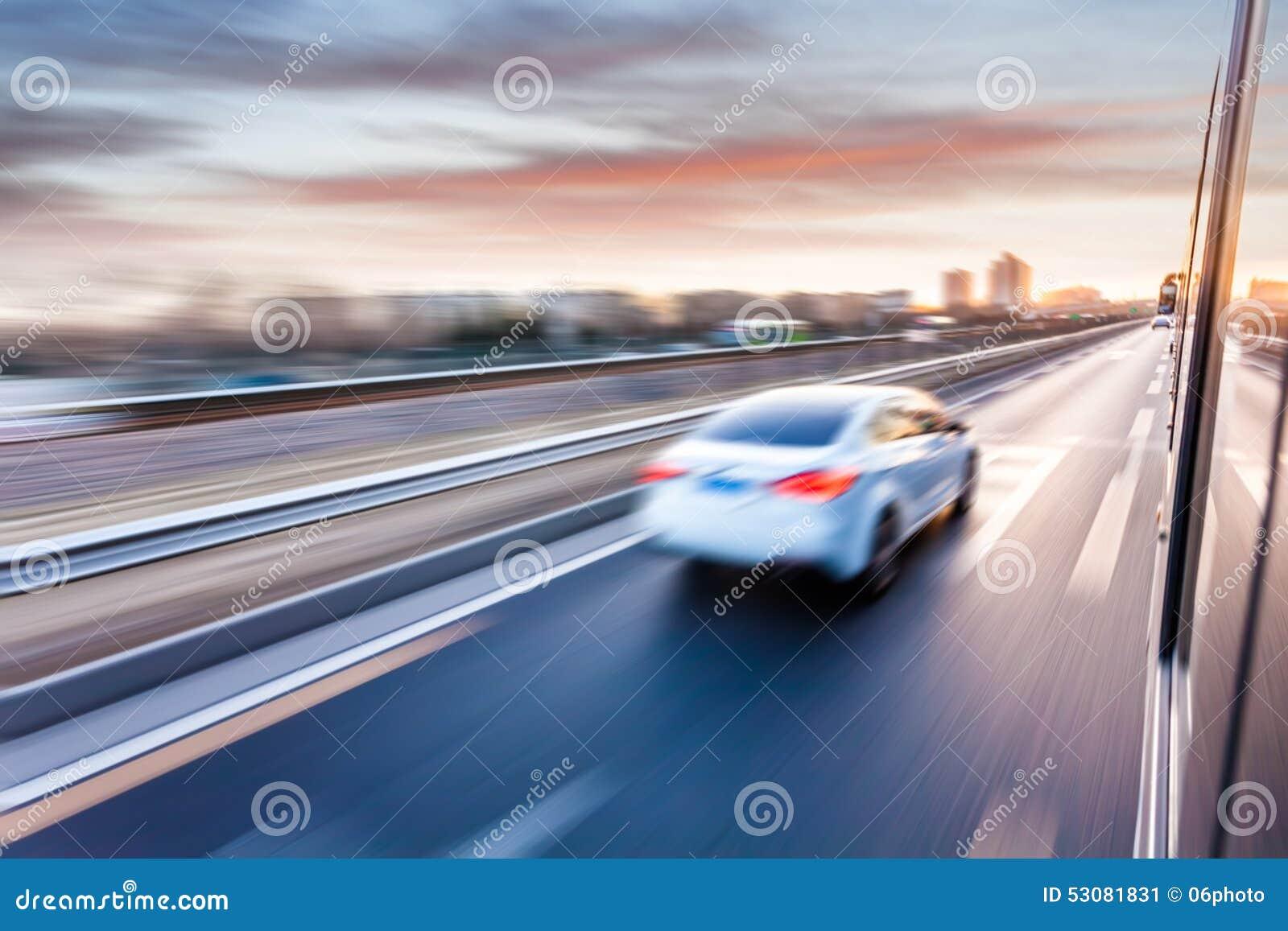 Conduite sur l autoroute au coucher du soleil, tache floue de mouvement