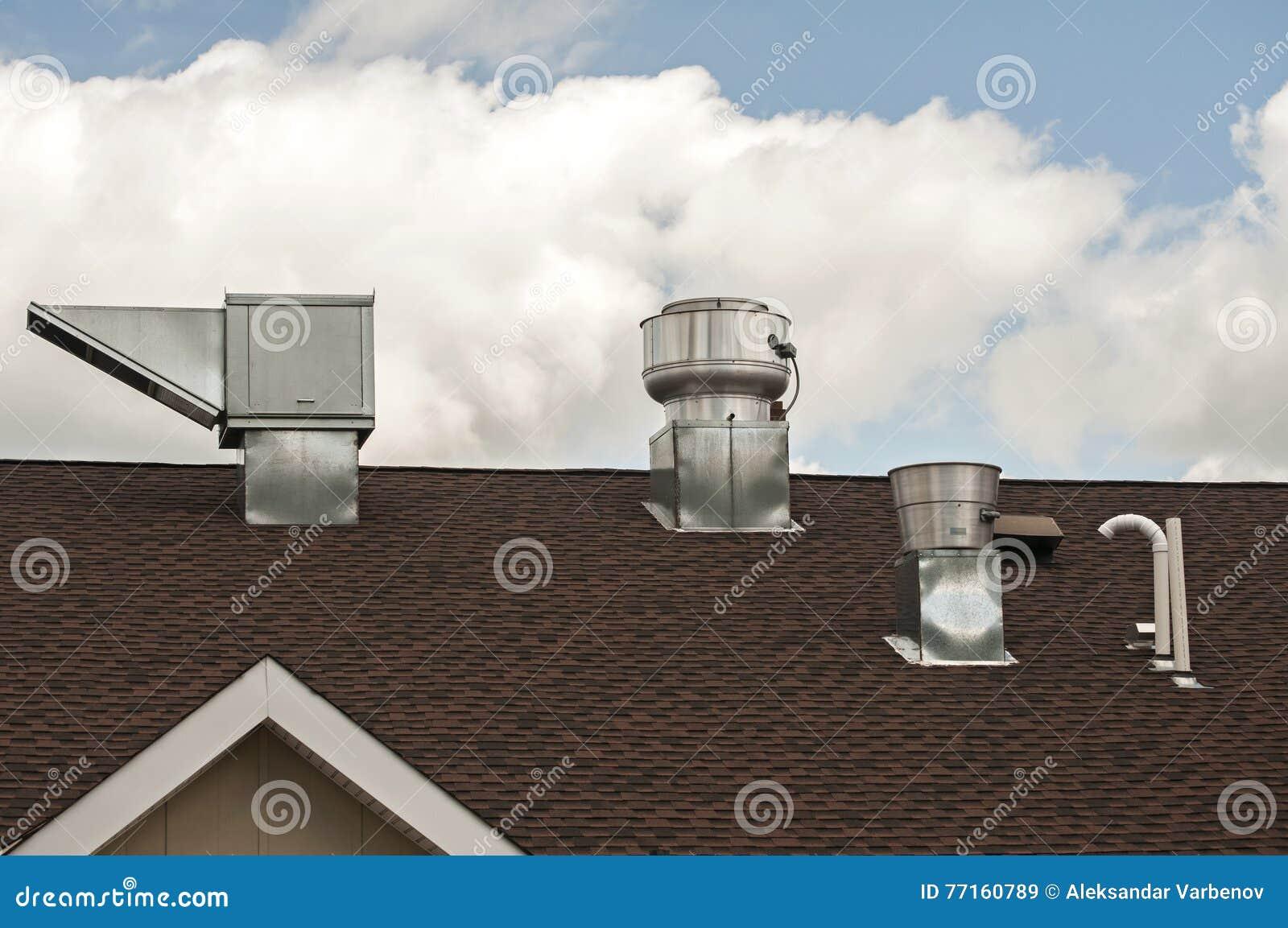 Conduits métal-air de feuille sur le dessus de toit