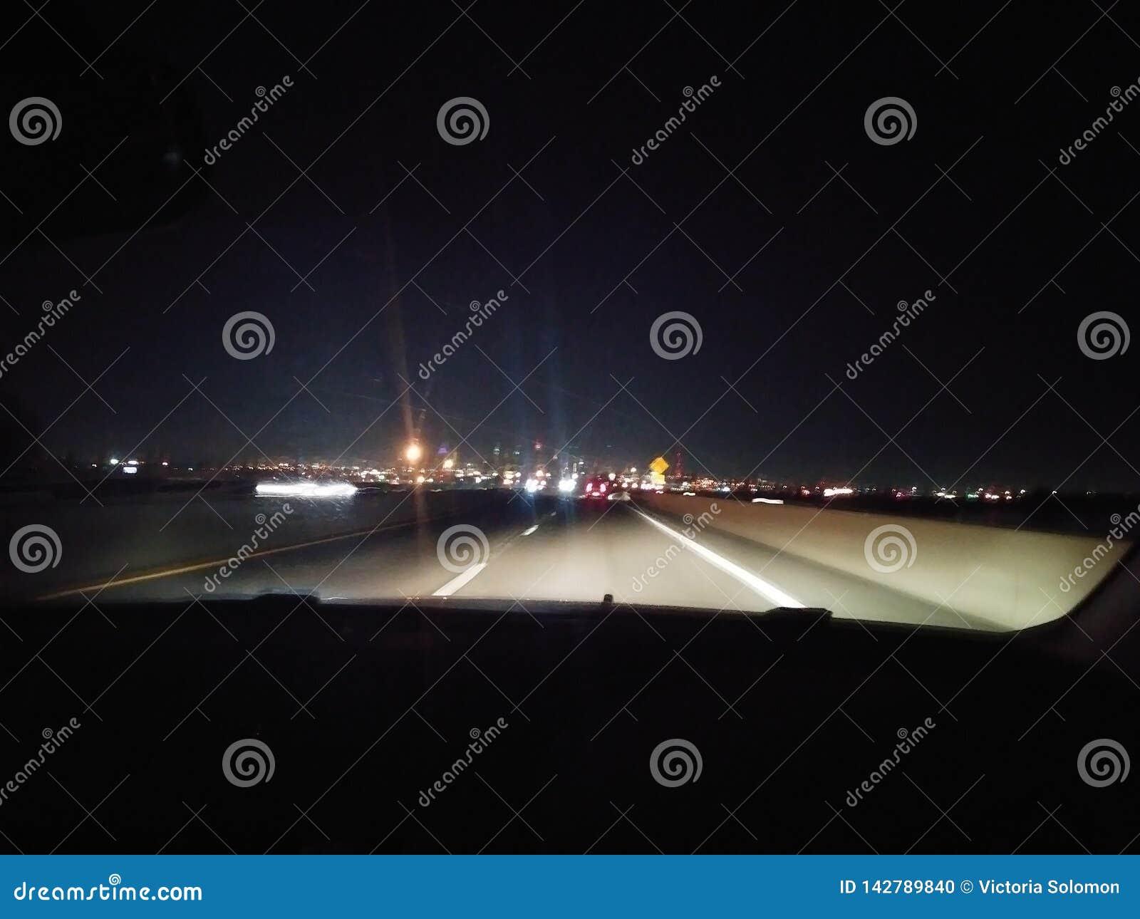 Conduzindo bastante a estrada na noite