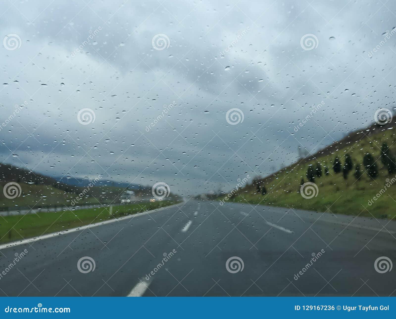 Conduzindo o dia chuvoso na estrada