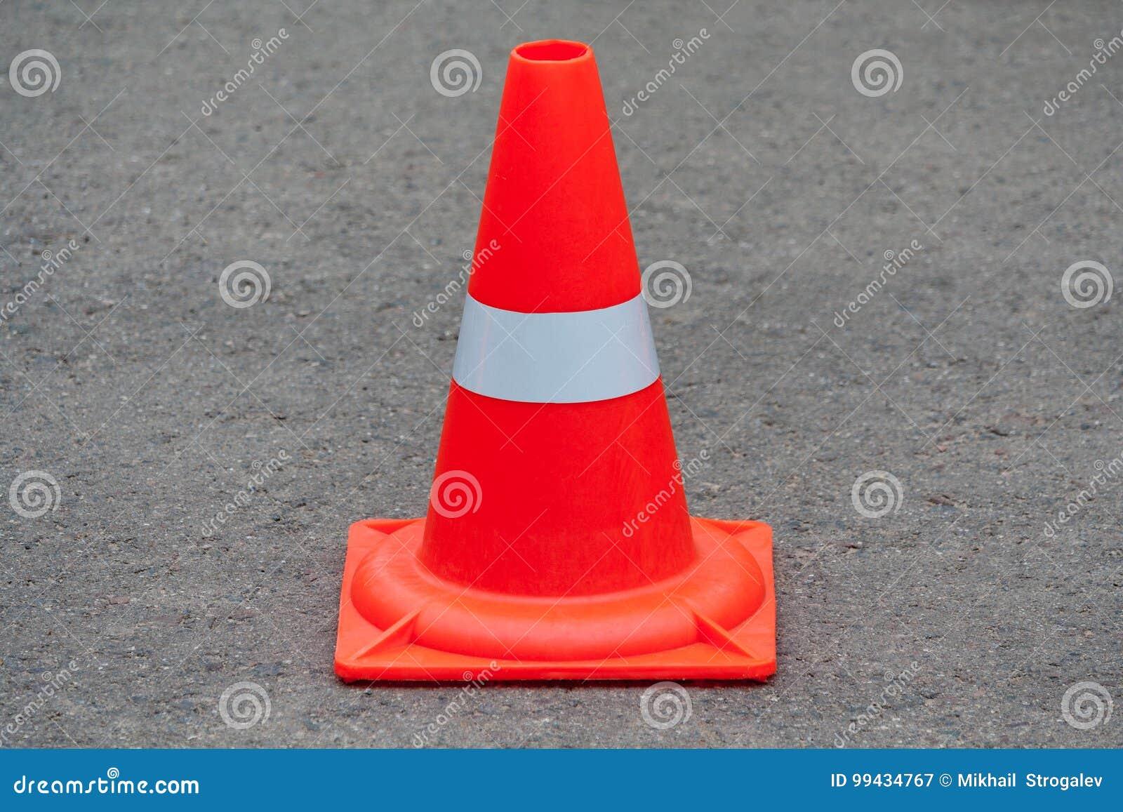 Cone alaranjado do tráfego