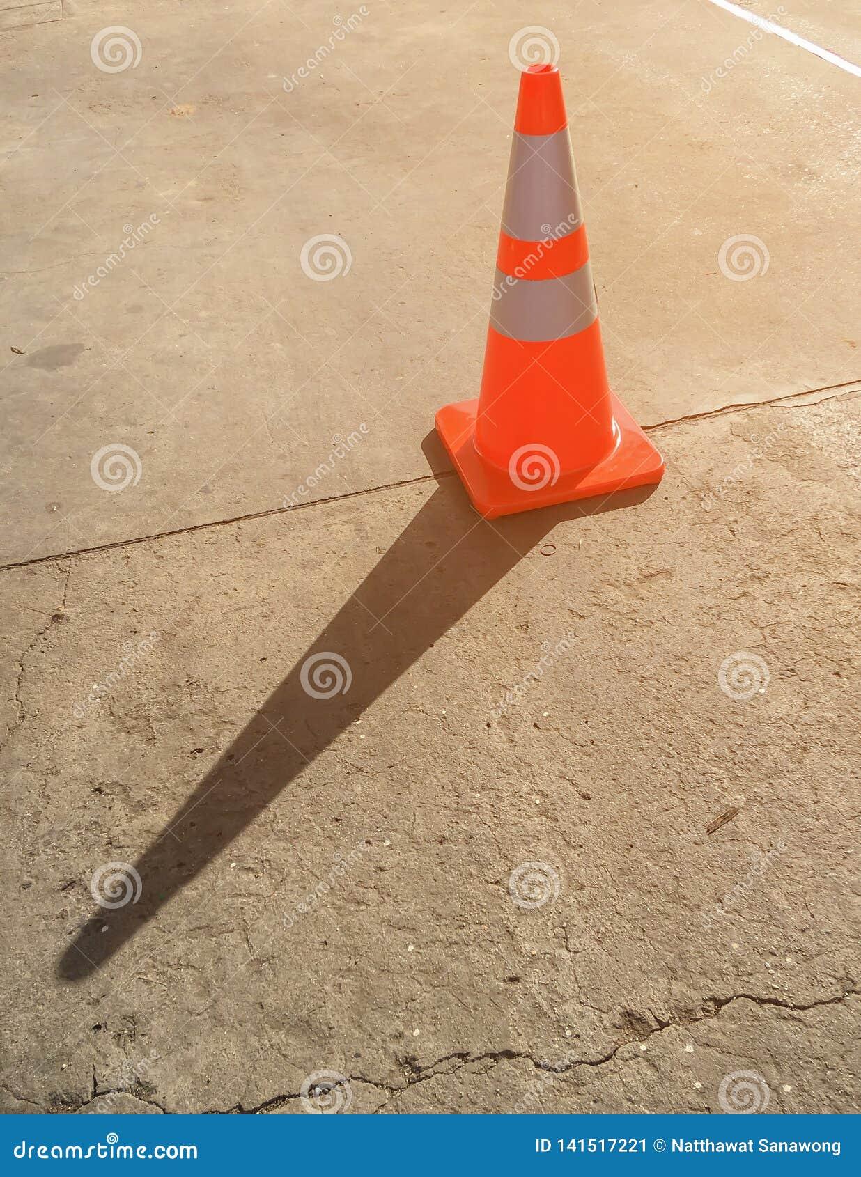 Cone na estrada do cimento