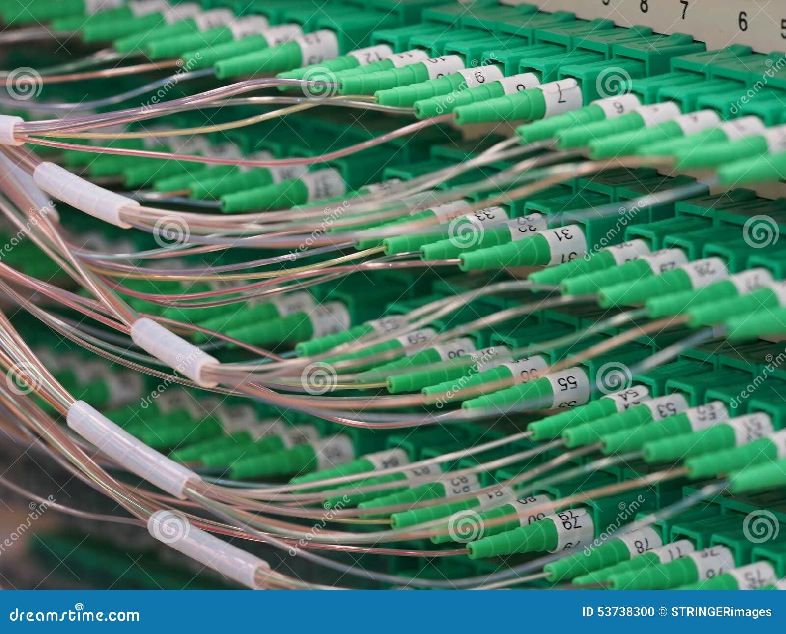 Conectores da fibra ótica em um painel