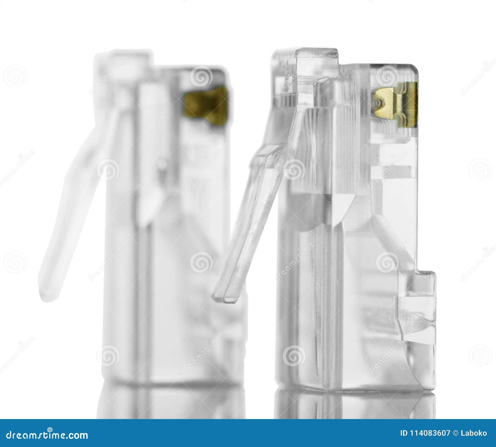 Conectores para el par trenzado rj45 aislados en blanco