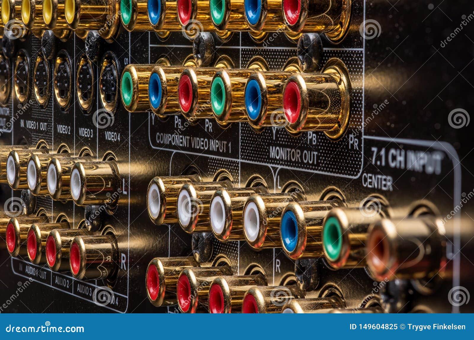 Conectores y terminales de un receptor del teatro casero