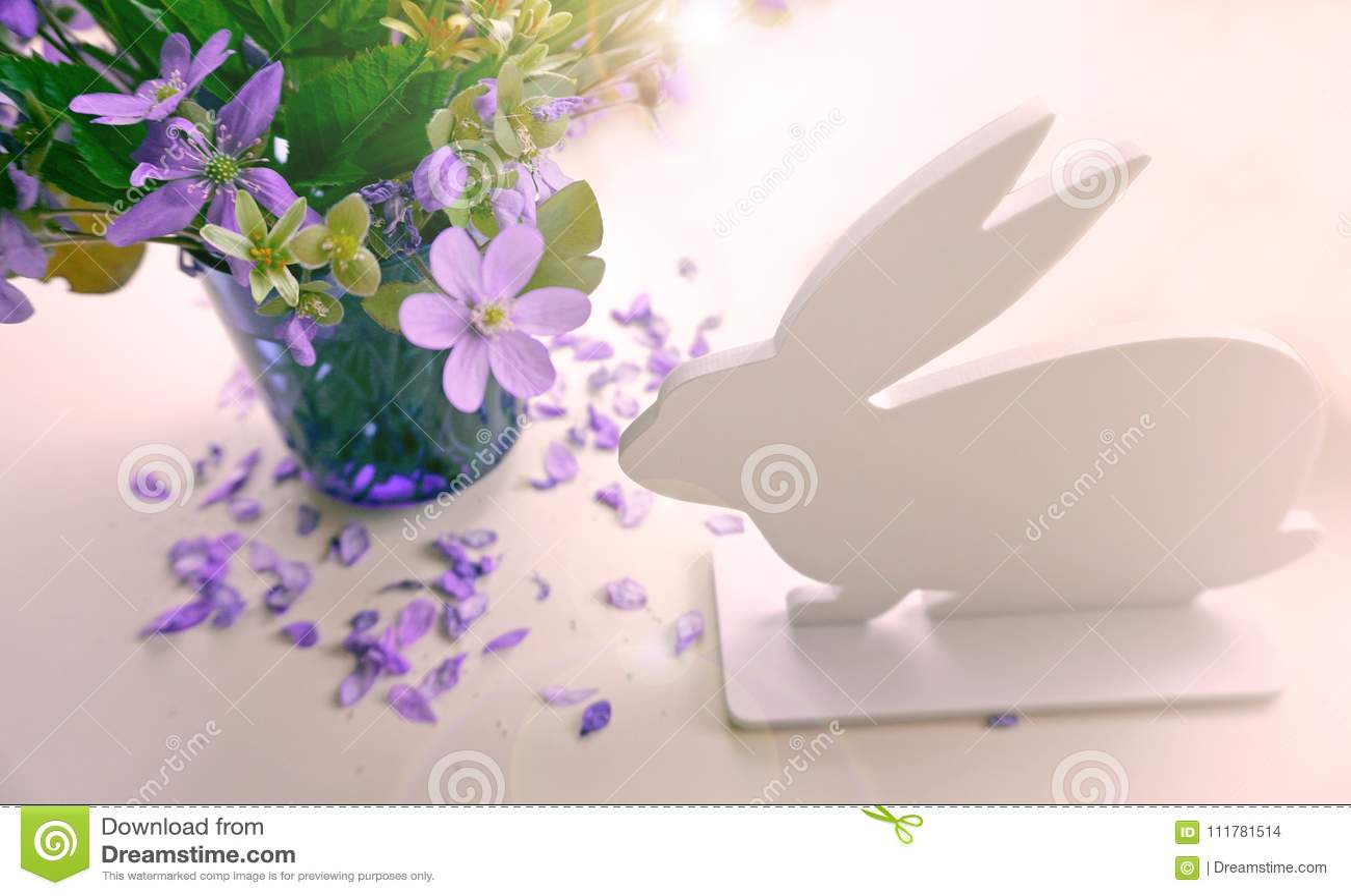 Conejito de pascua con las flores en un fondo blanco