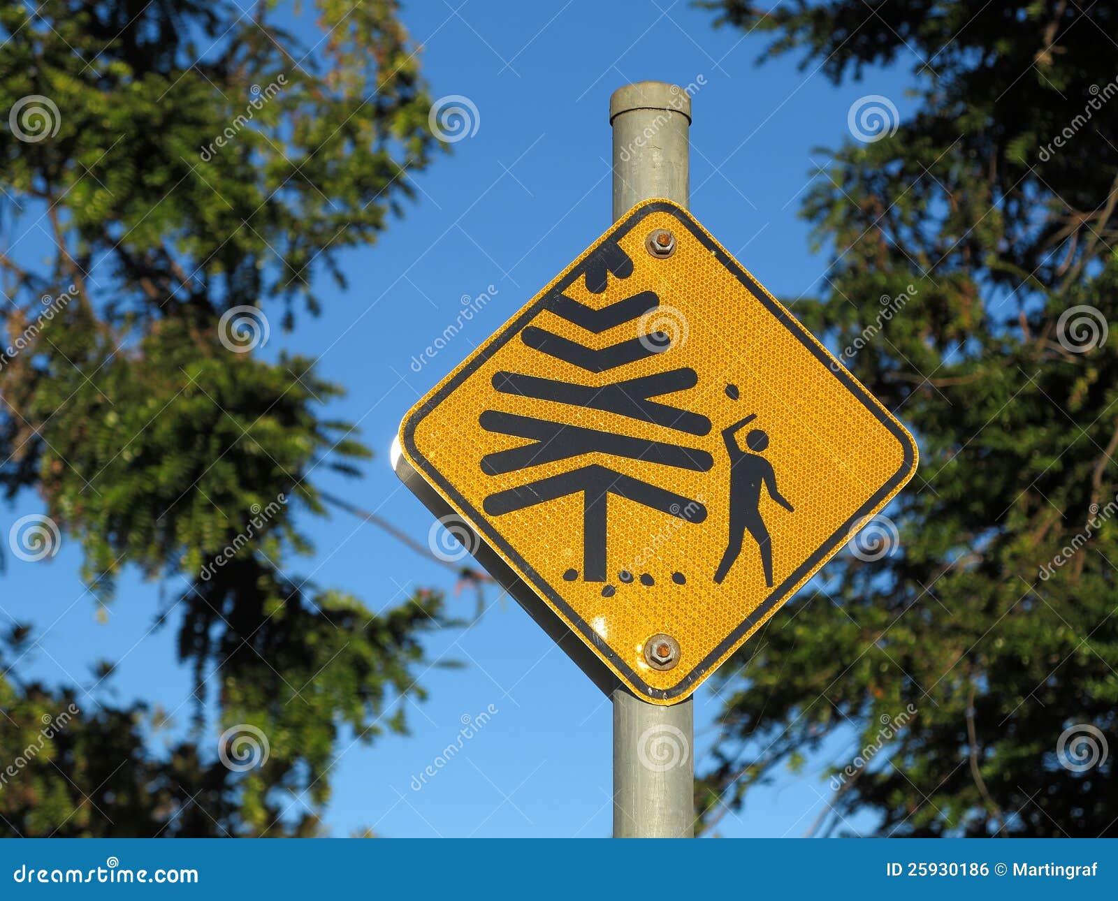 Cones de queda do sinal de aviso da árvore