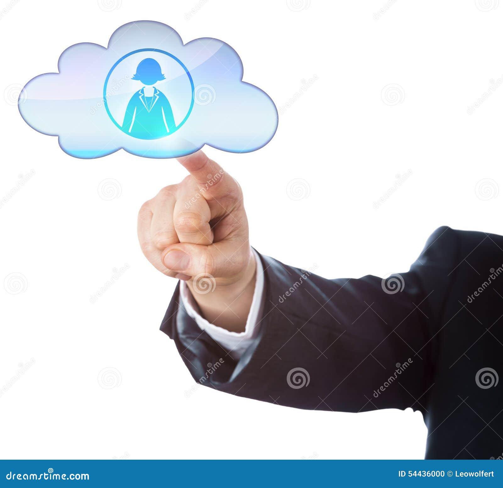 Conexión con el oficinista de sexo femenino en la nube