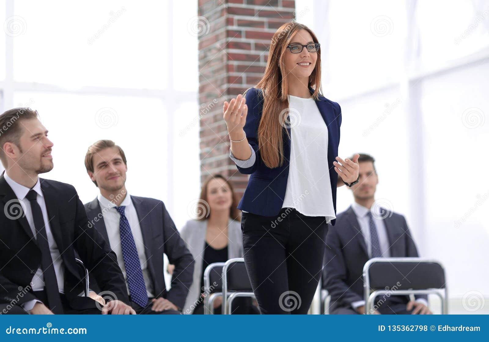 Conferência de Addressing Delegates At da mulher de negócios