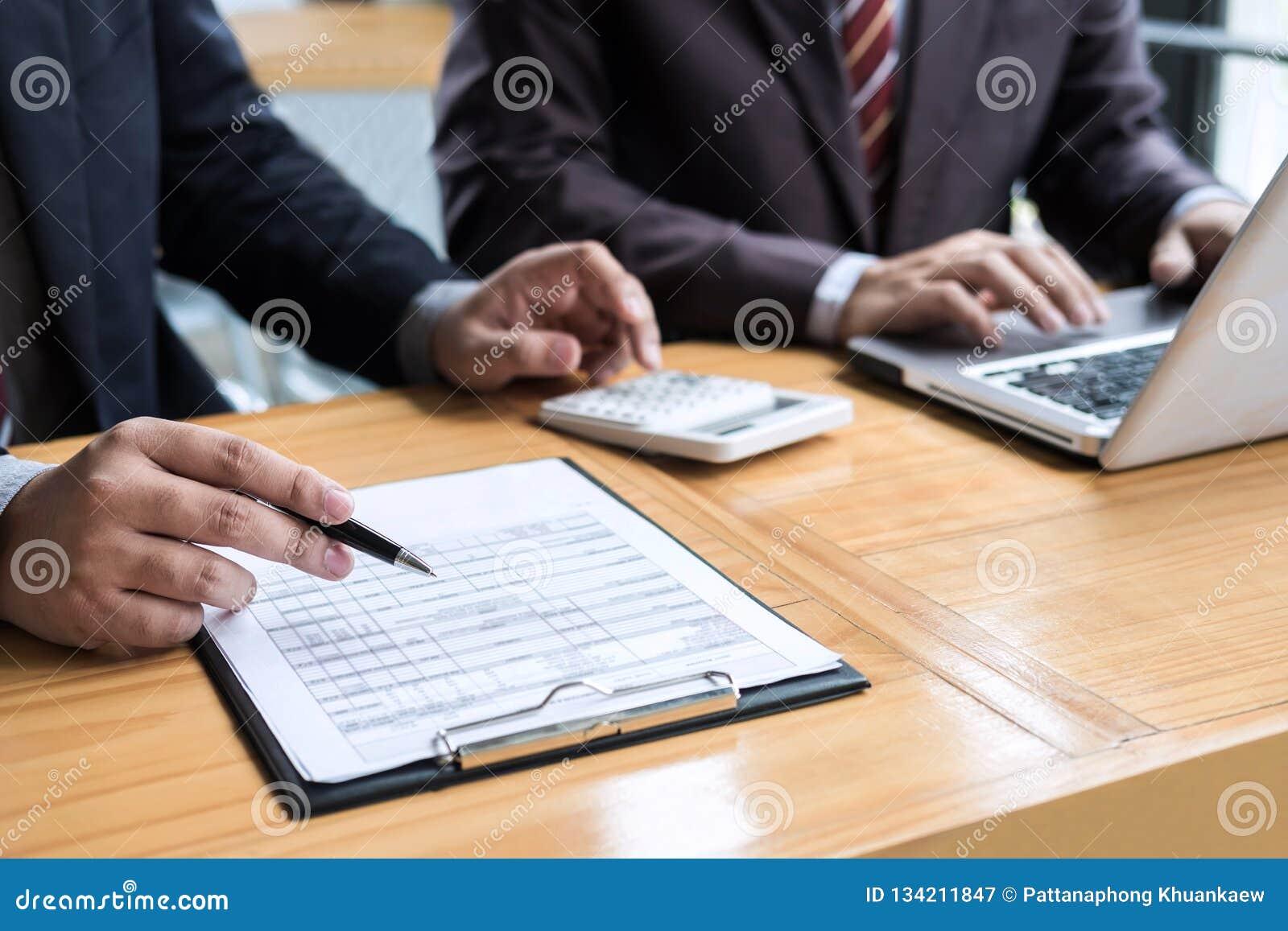 Conferência de funcionamento do Co, presente da reunião da equipe do negócio, colegas do acionista que discutem dados financeiros