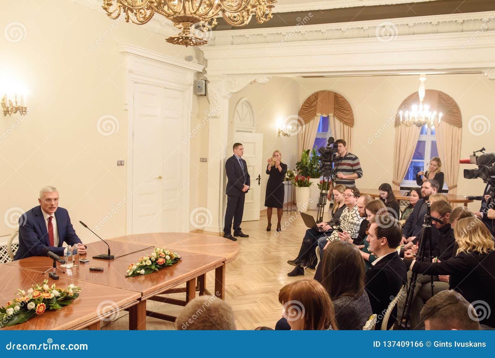 Conferência de imprensa do primeiro ministro novo de Letónia, Arturs Krisjanis Karins
