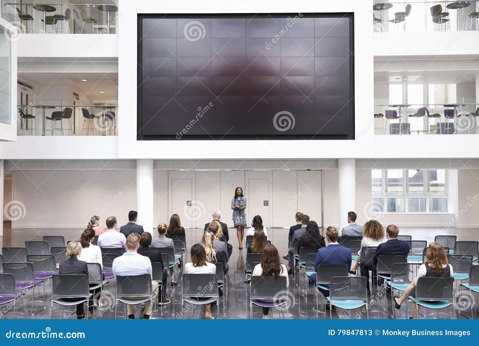 Conferência de Making Presentation At da mulher de negócios