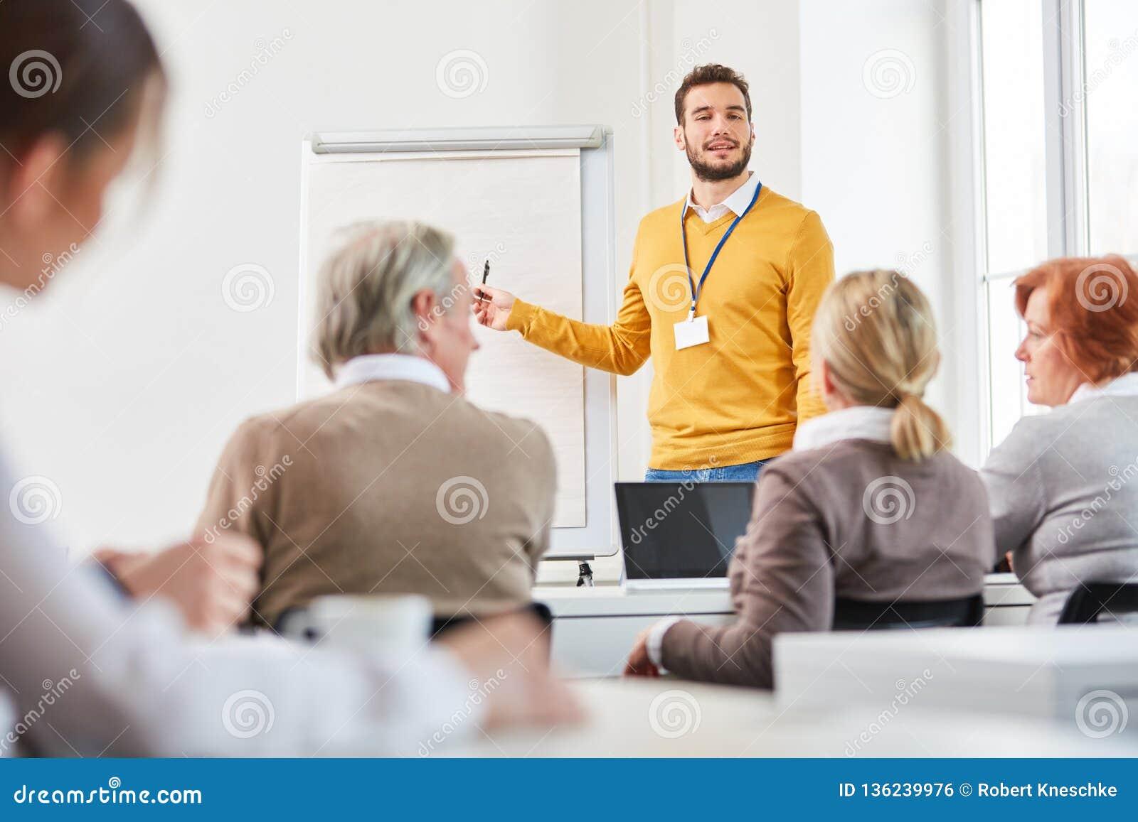 Conferente no seminário da consultoria empresarial