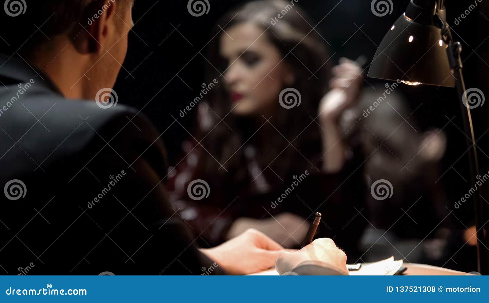 Confession révélatrice d écriture de jeune femme, se démêlant le cas de meurtre, vue arrière