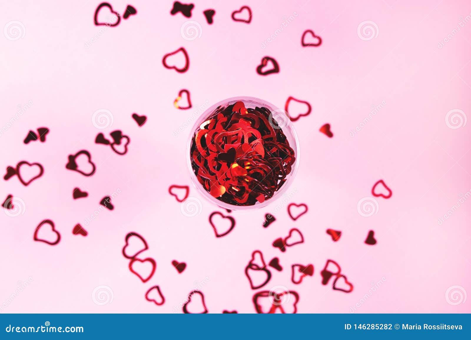 Confeti en forma de coraz?n en fondo rosado