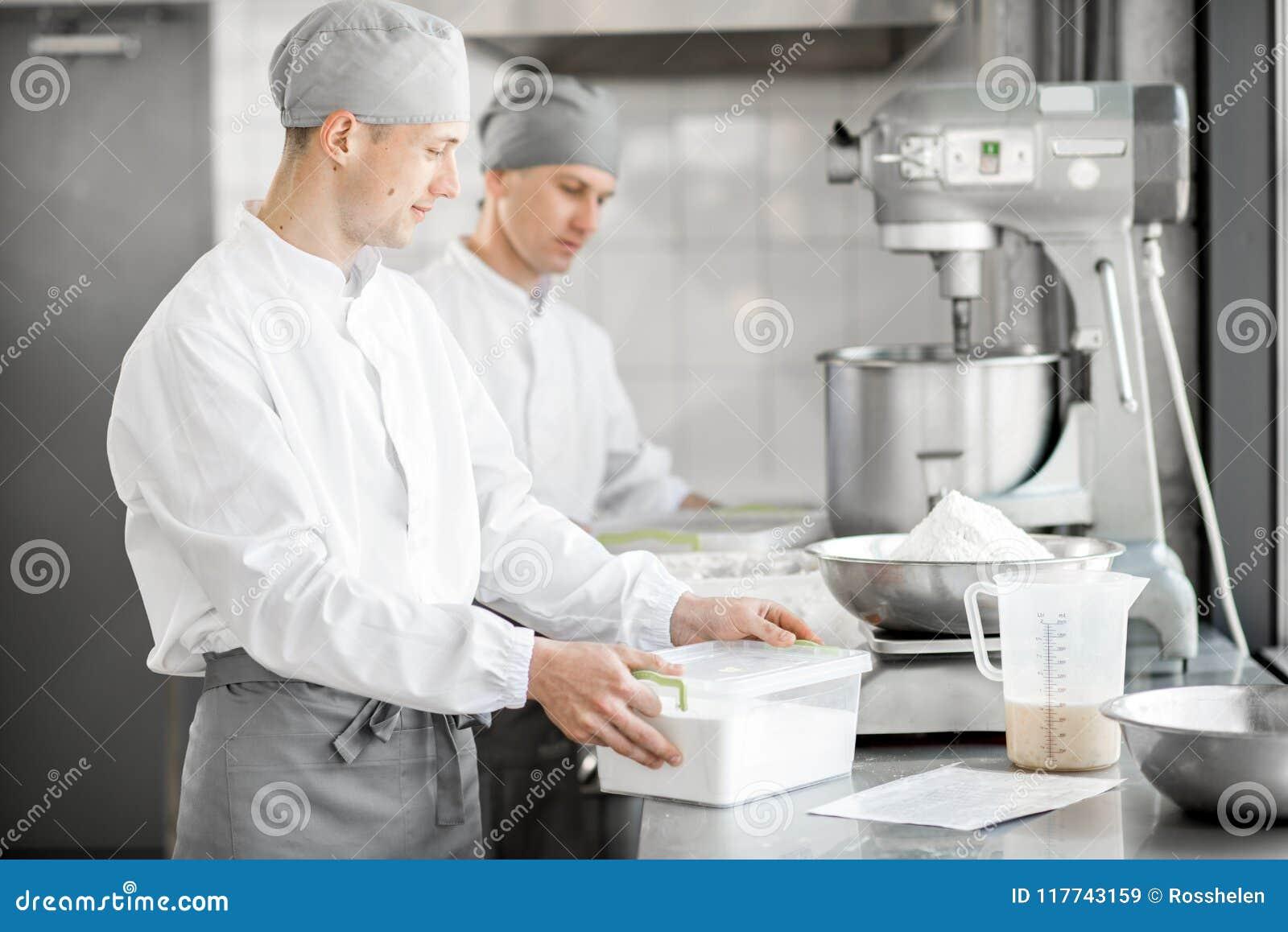 Confettiere che lavora alla fabbricazione del forno