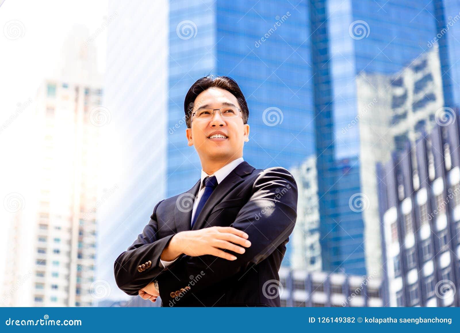 Confiance de portrait et homme exécutif bel déterminé charme