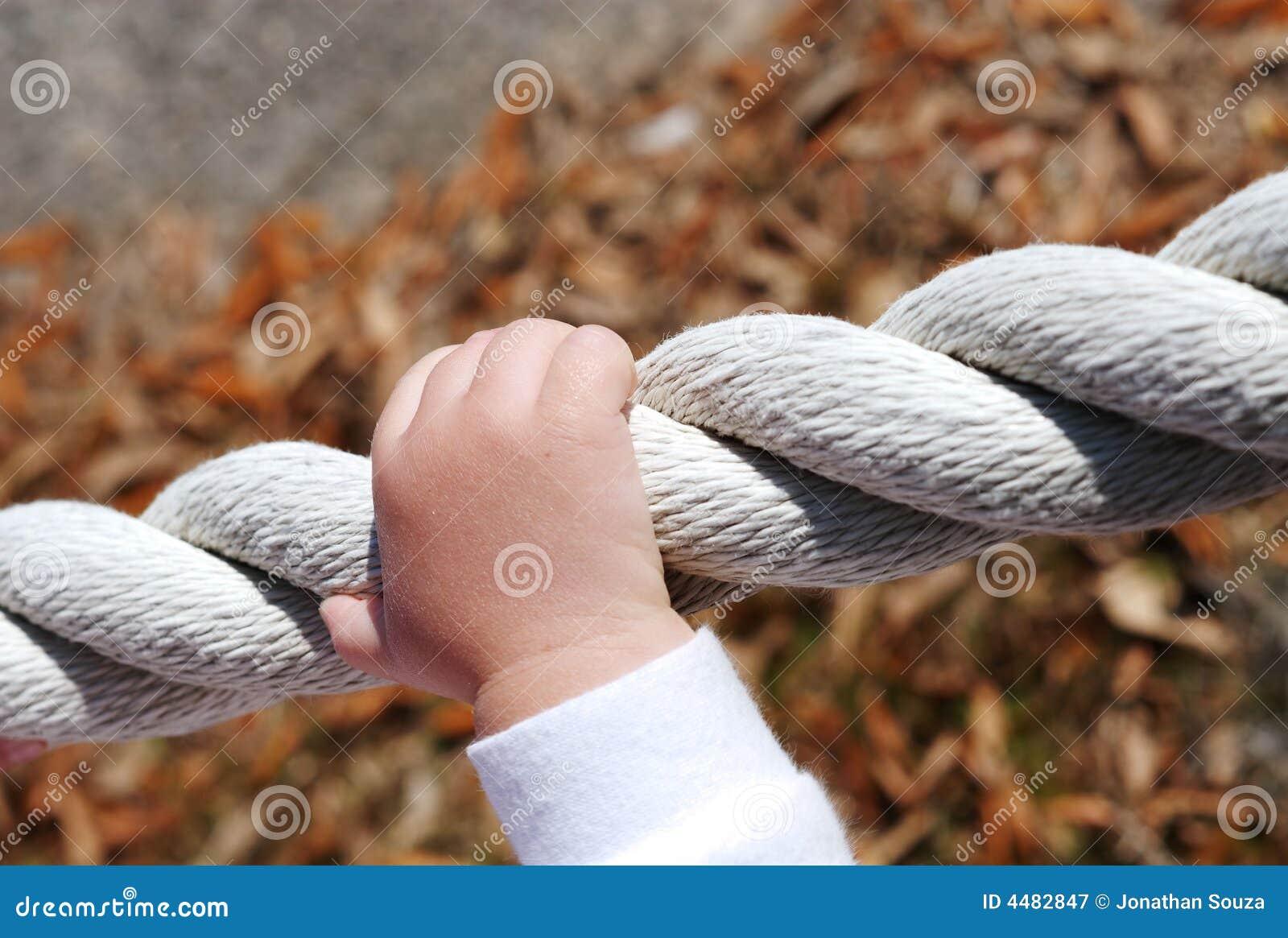 Confiance des mains sur une corde