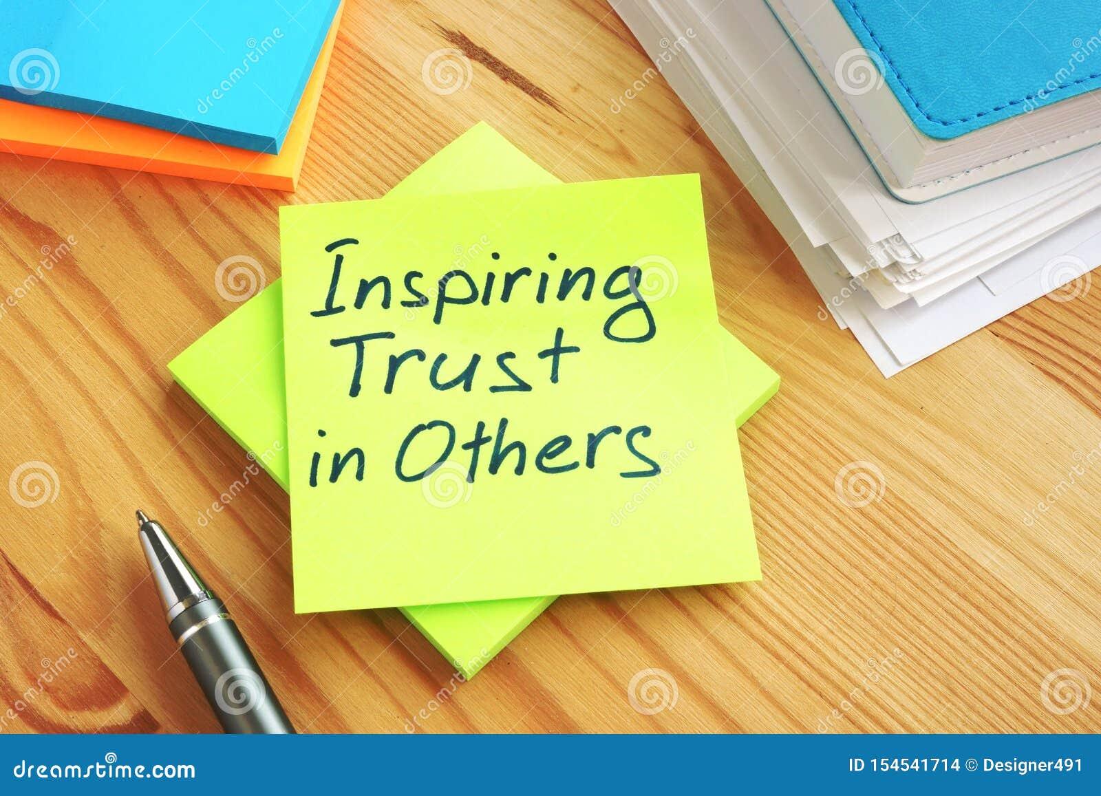 Confianza inspiradora en otras escritas a mano en una página Trabajo en concepto del equipo