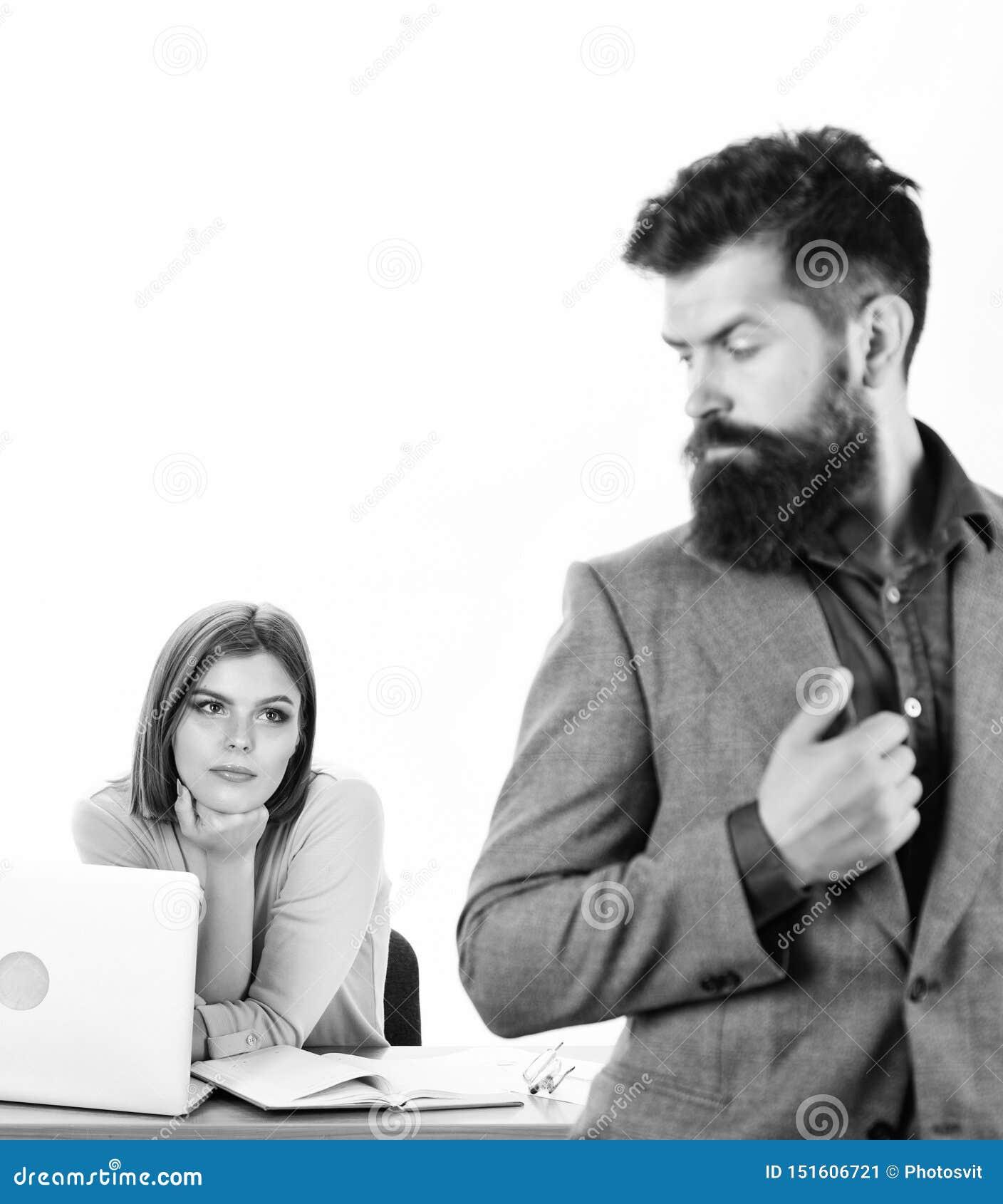 Confianza y carisma Mujer bonita que mira al hombre barbudo en oficina Jefe atractivo de la mujer y funcionamiento masculino del