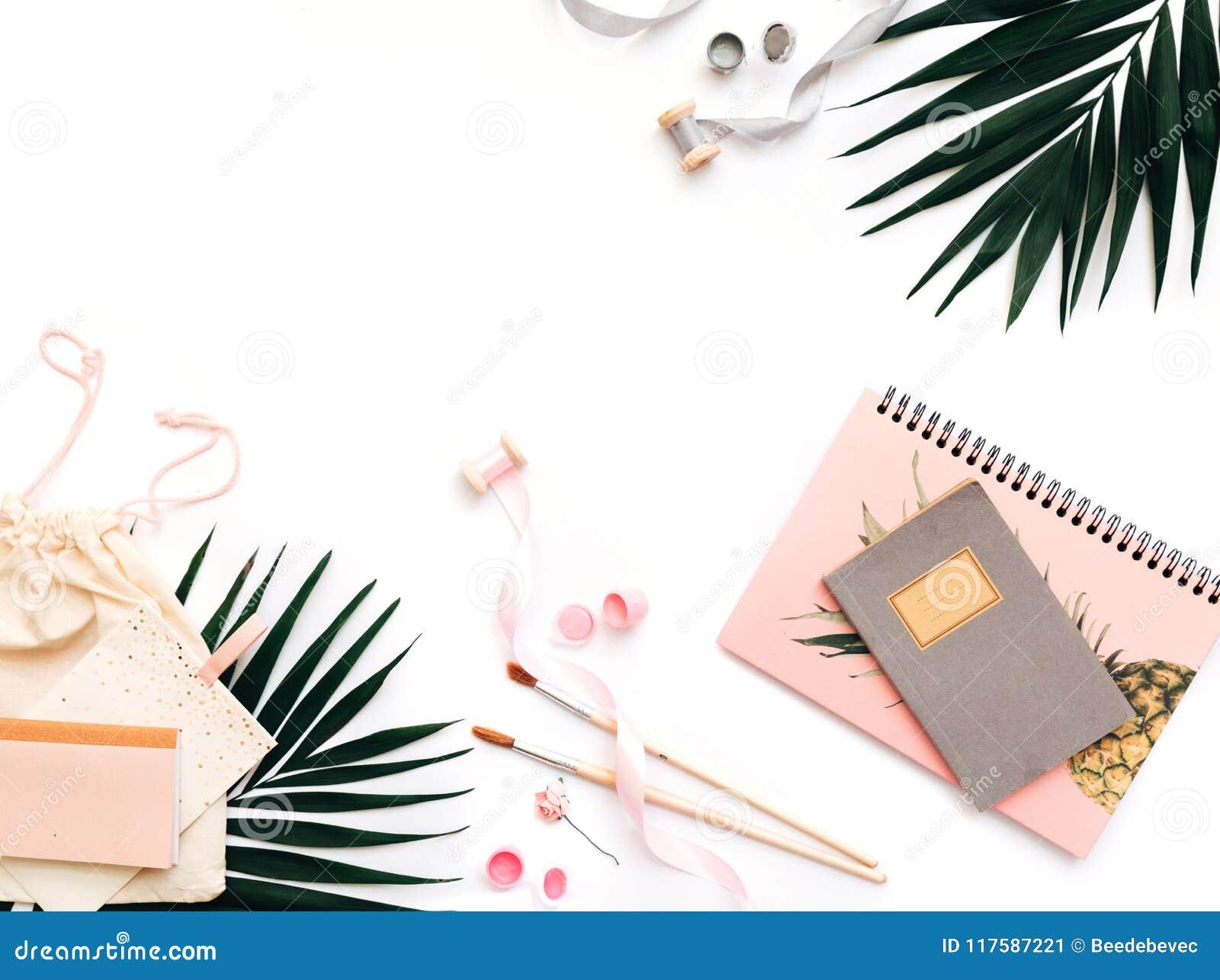 Configuração criativa do plano, mesa da tabela do escritório da vista superior Espaço de trabalho feminino da mesa